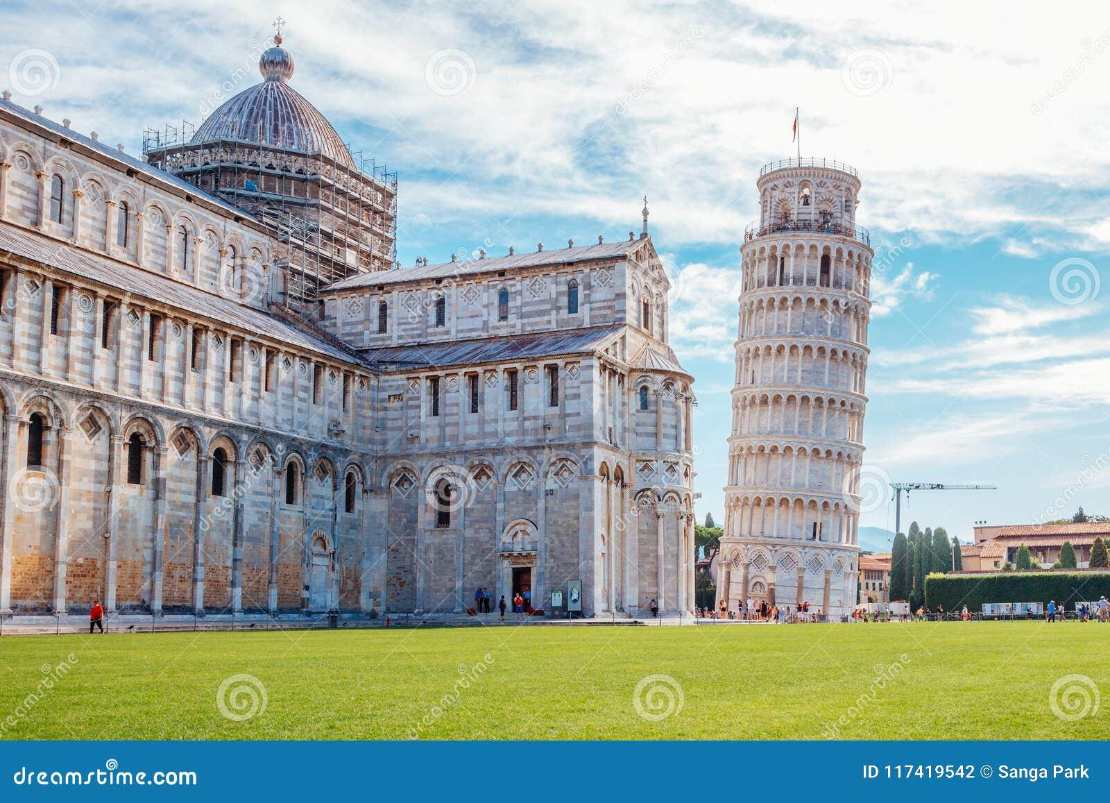 Domkyrka och lutande torn av Pisa i Italien