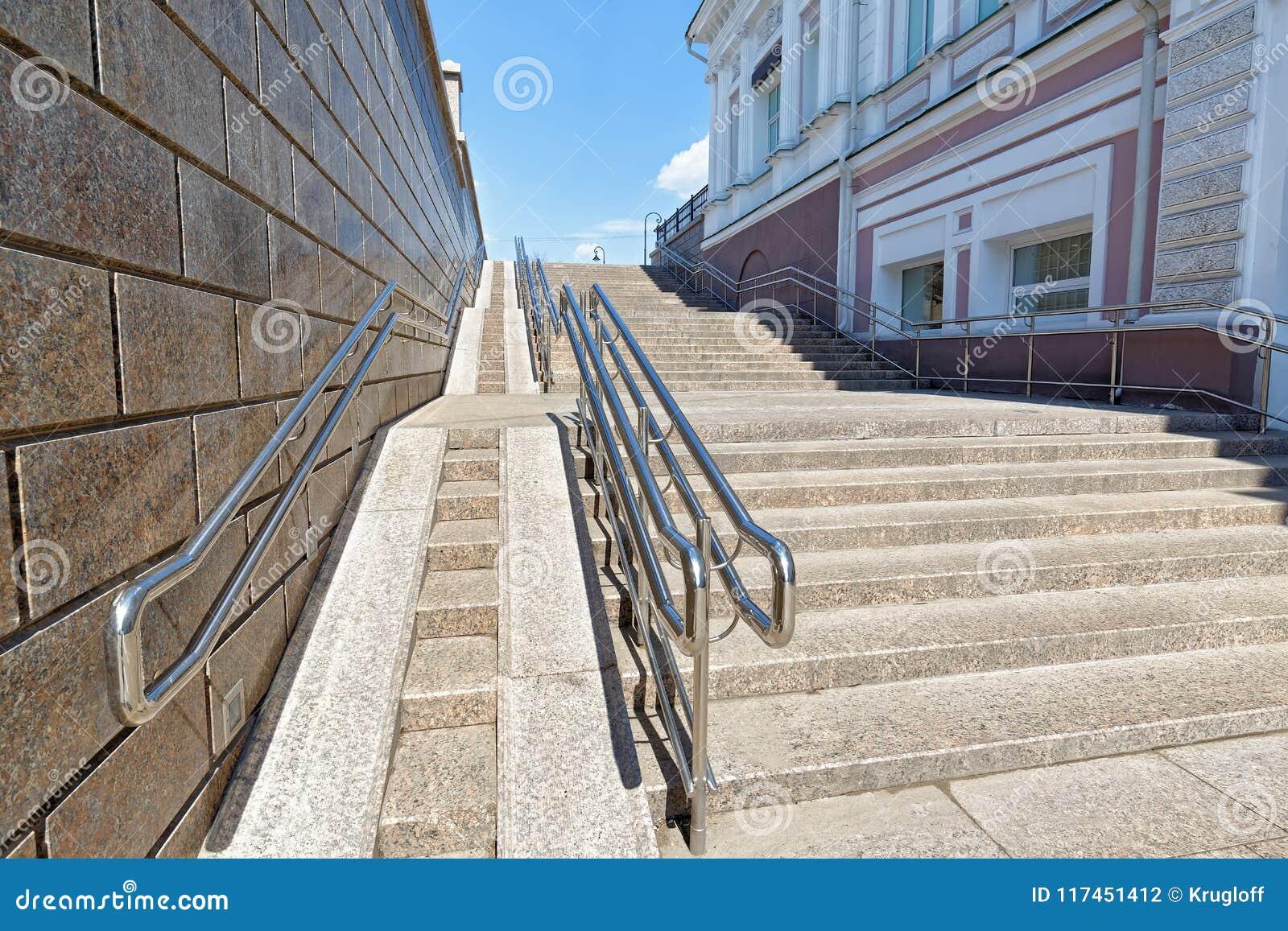 Domkyrka omsk uspensky ortodoxa russia En stor modern brant ramp för rullstolar