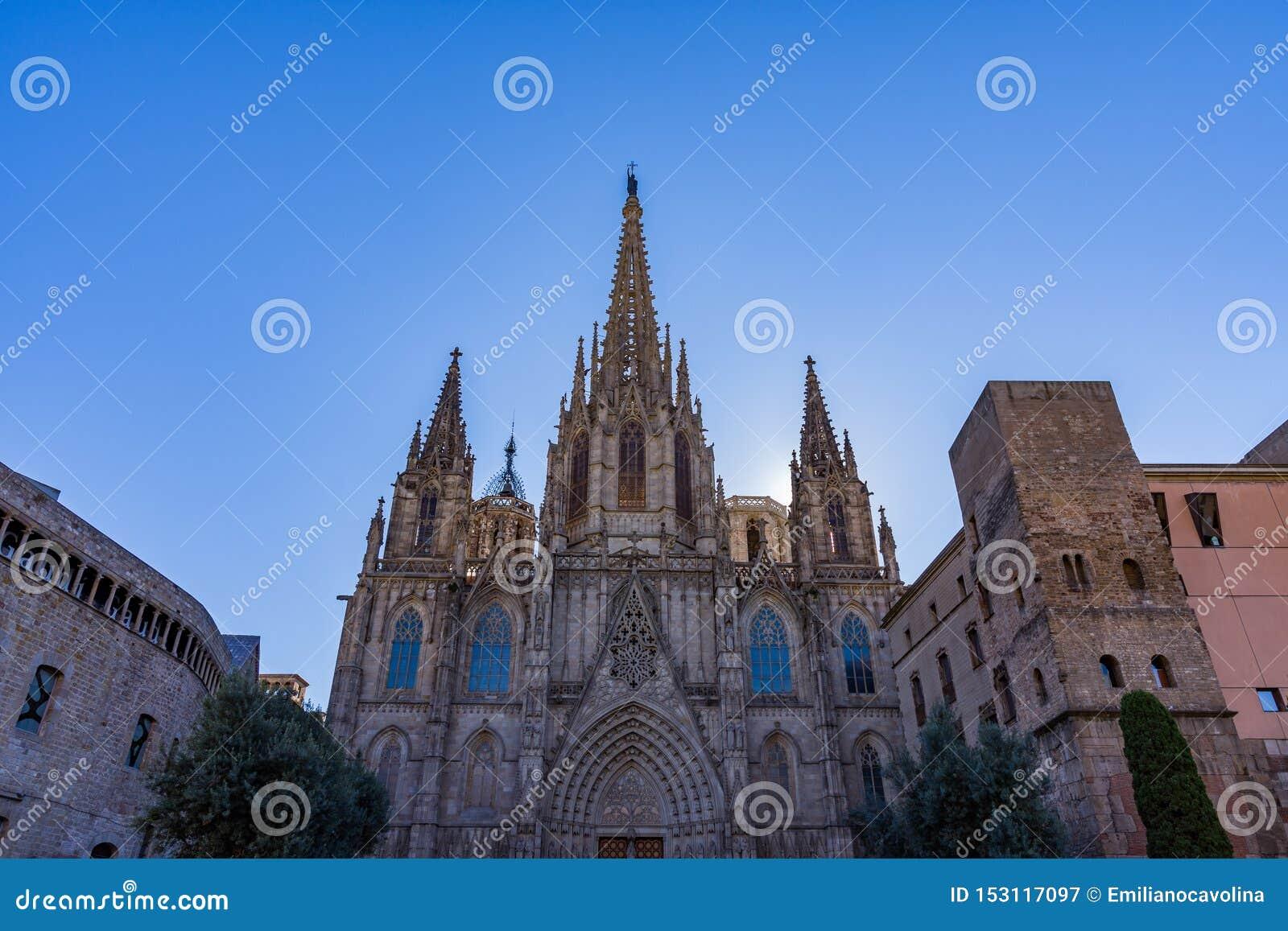 Domkyrkan av Barcelona, detalj av den huvudsakliga fasaden i typisk gotisk stil med stenfriars och vattenkastare Barri Gotic