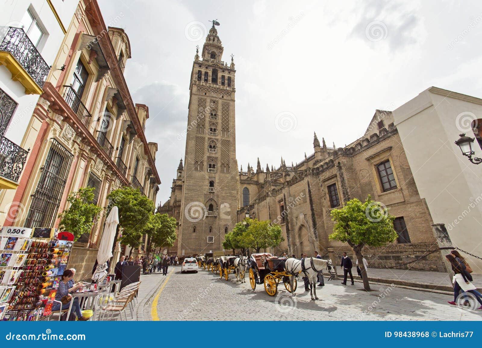 Domkyrkan av Seville med de Giralda sikterna från piazza Virg