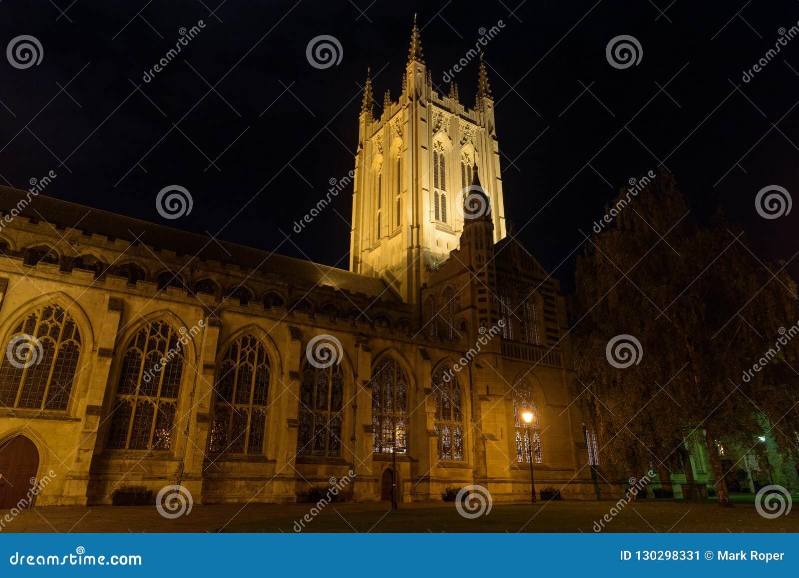 Domkyrkan för St Edmundsbury begraver in St Edmunds på natten