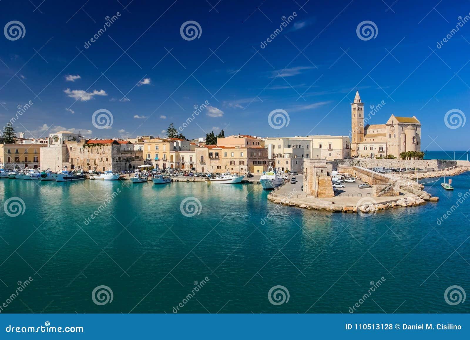 Domkyrkan och sjösidan Trani Apulia italy
