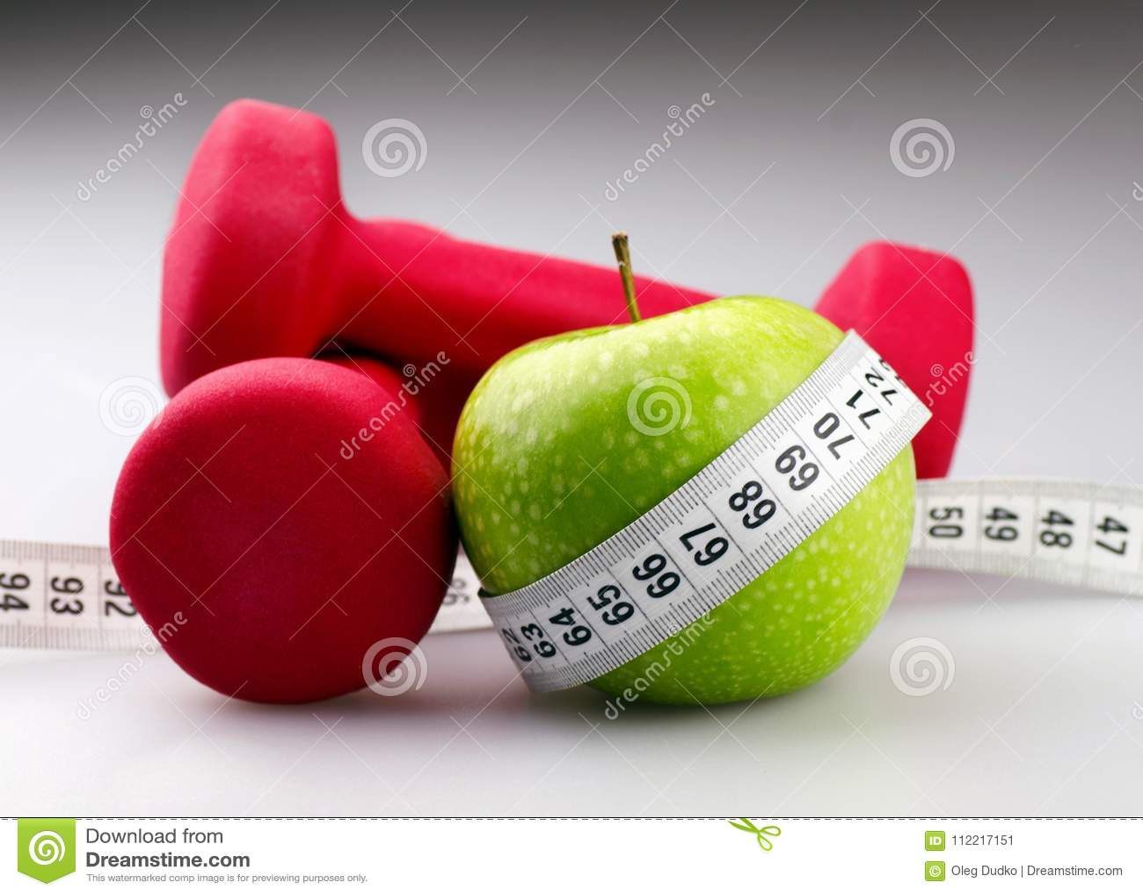 Domoren met het meten van band en appel voor dieet