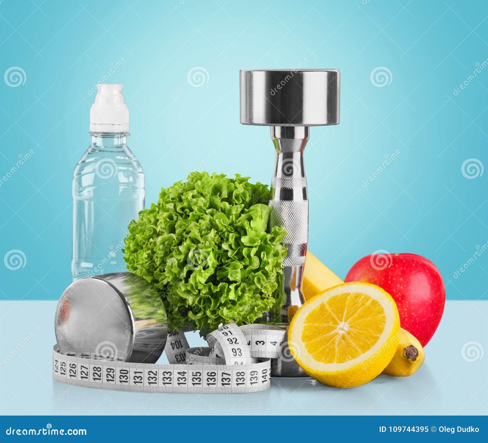 Domoren met het meten van band, groenten en