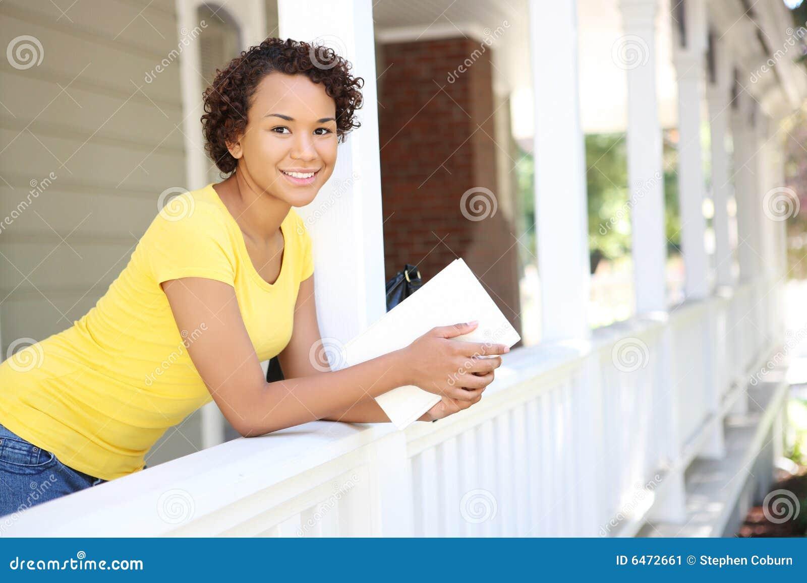 Domowa afrykańską piękna kobieta gankowa