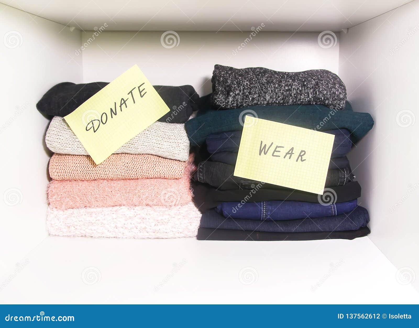 Domowa garderoba z różnymi rzeczami odzież Sezonowy odziewa sortować Mała astronautyczna organizacja