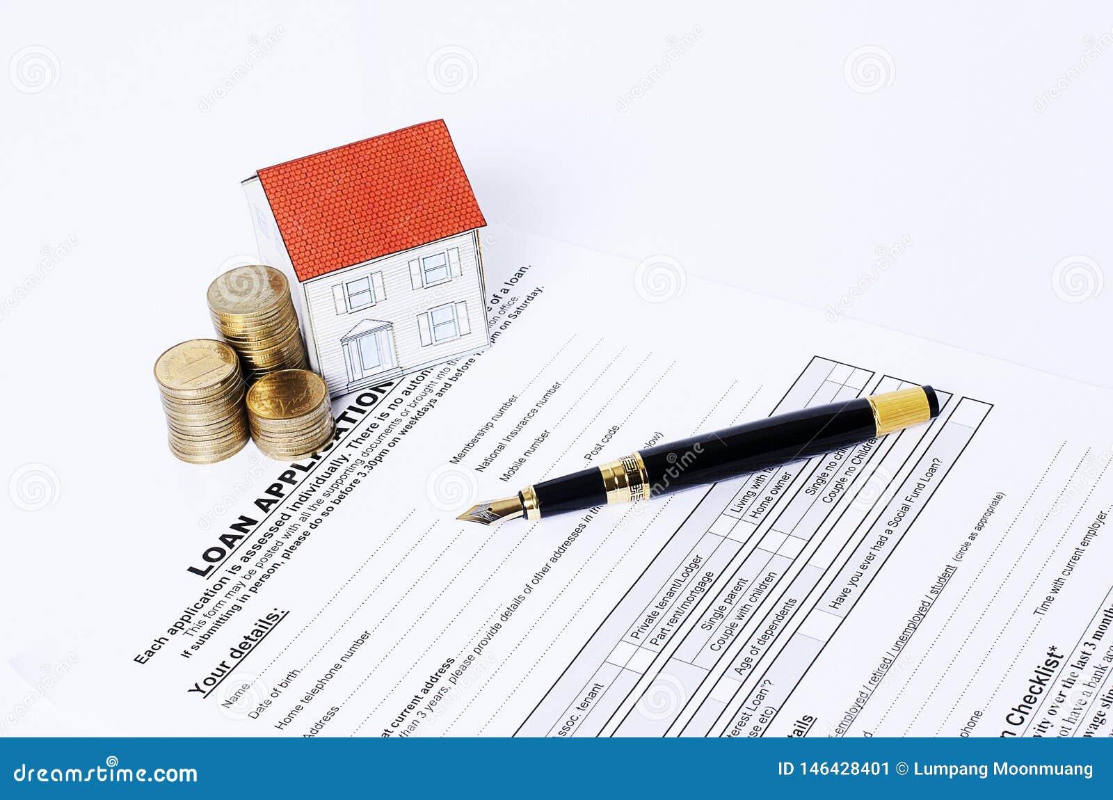 Domowa papieru i monet sterta z biznesowym fontanny piórem na pożyczkowym zastosowaniu
