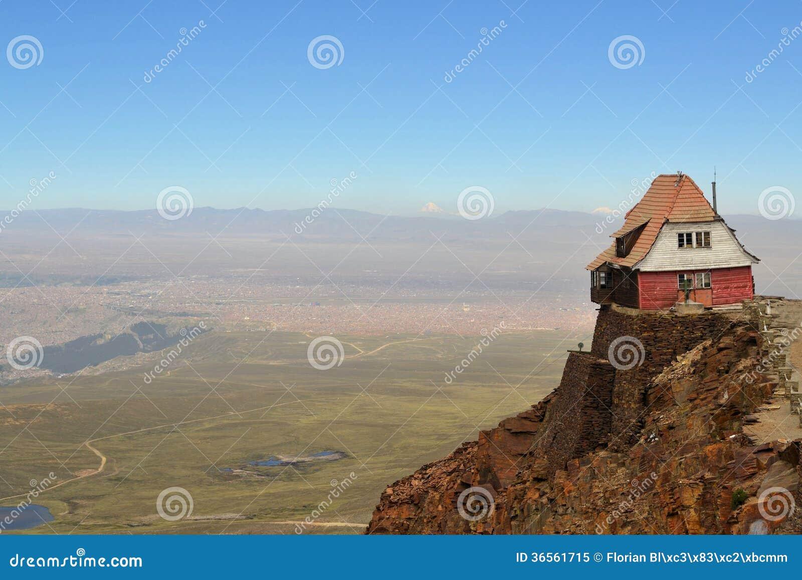 Domowa siedząca wysokość na krawędzi skalistych falez