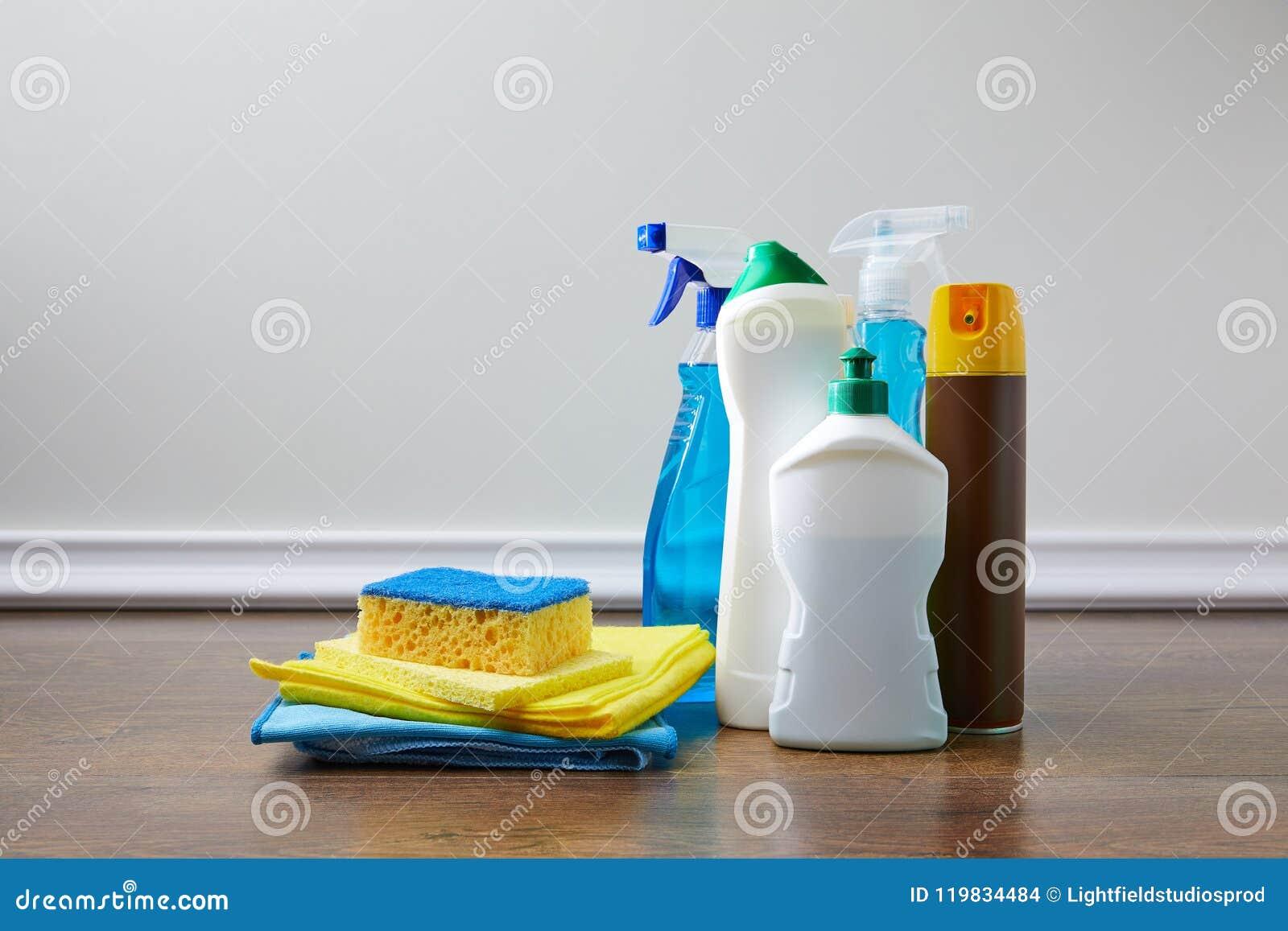 Domowe dostawy dla wiosny cleaning