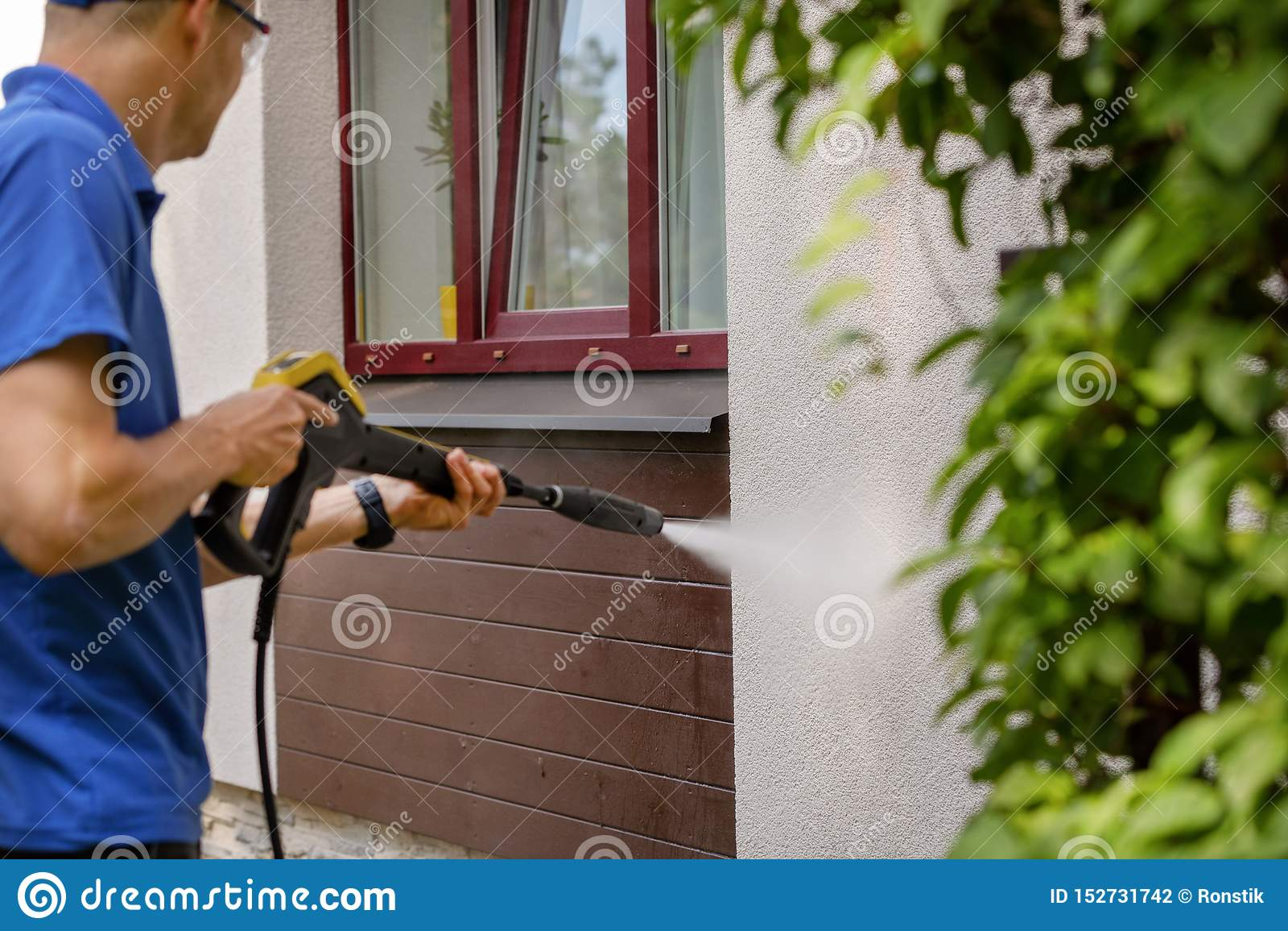 Domowej fasady czyści usługa mężczyzny domycia ściana z wysokość naciska płuczką