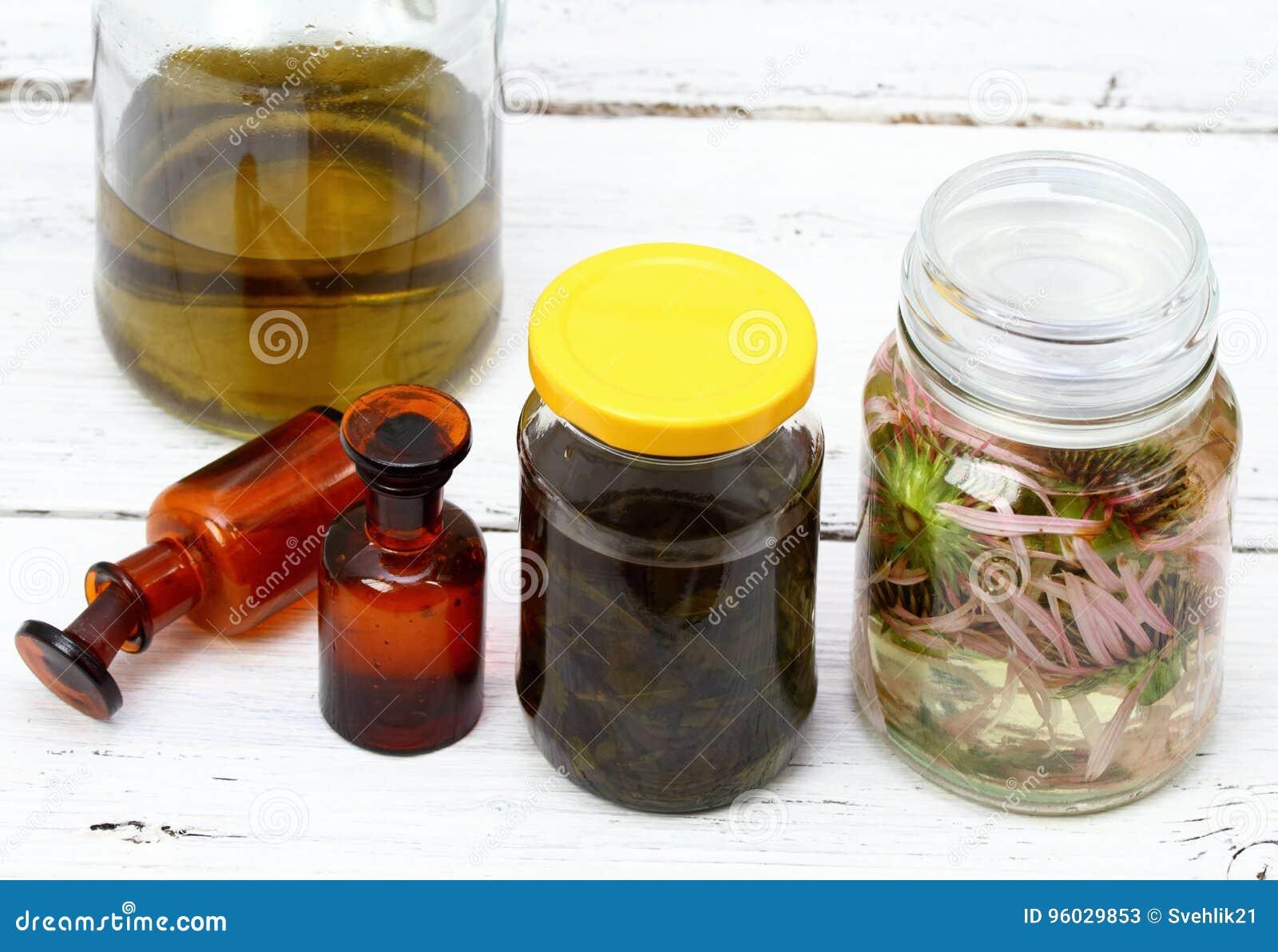 Domowej roboty alternatywna medycyna, Echinacea tincture i ziołowy olej w przodzie,