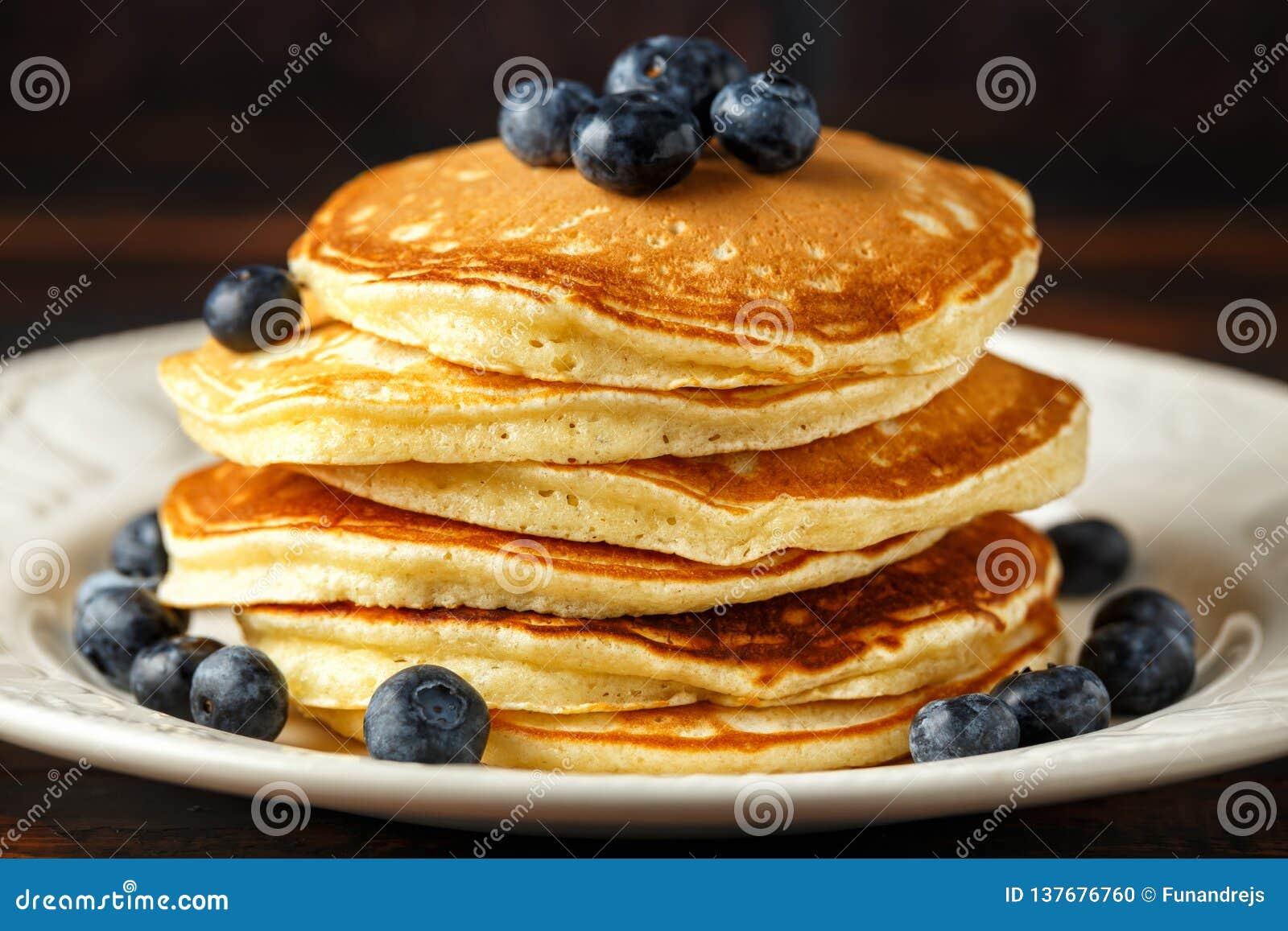 Domowej roboty amerykańscy czarna jagoda bliny Zdrowego ranku wieśniaka śniadaniowy styl