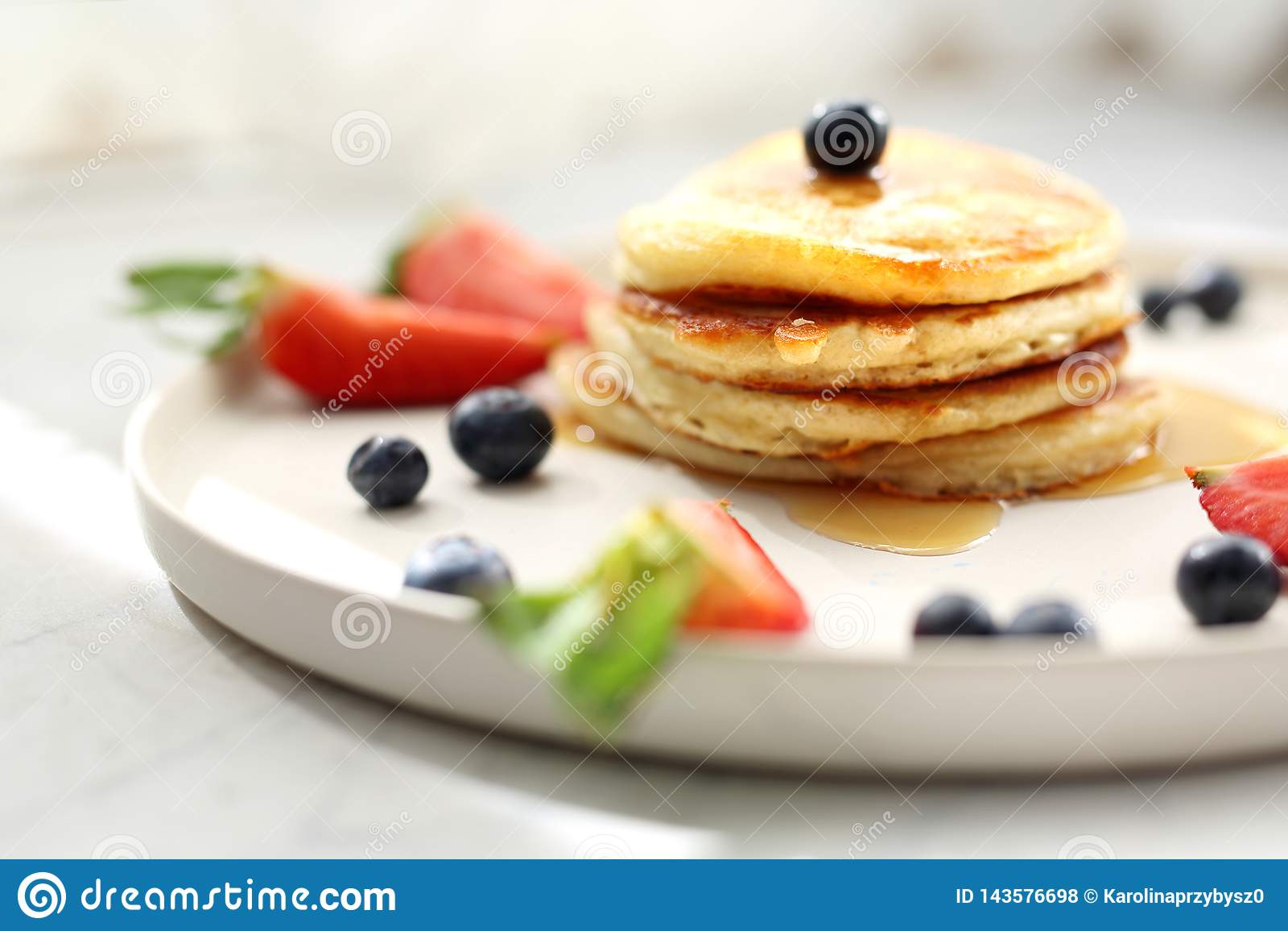 Domowej roboty bliny z truskawkami, czarnymi jagodami i klonowym syropem, sweets śniadanie
