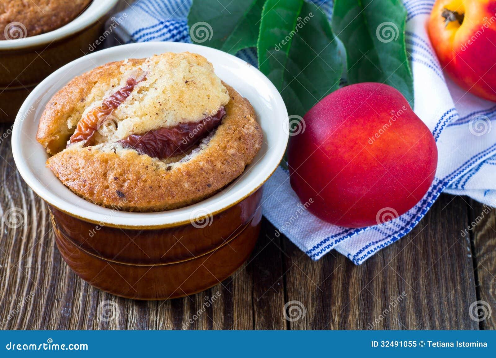 Domowej roboty brzoskwinia tort w ramekin