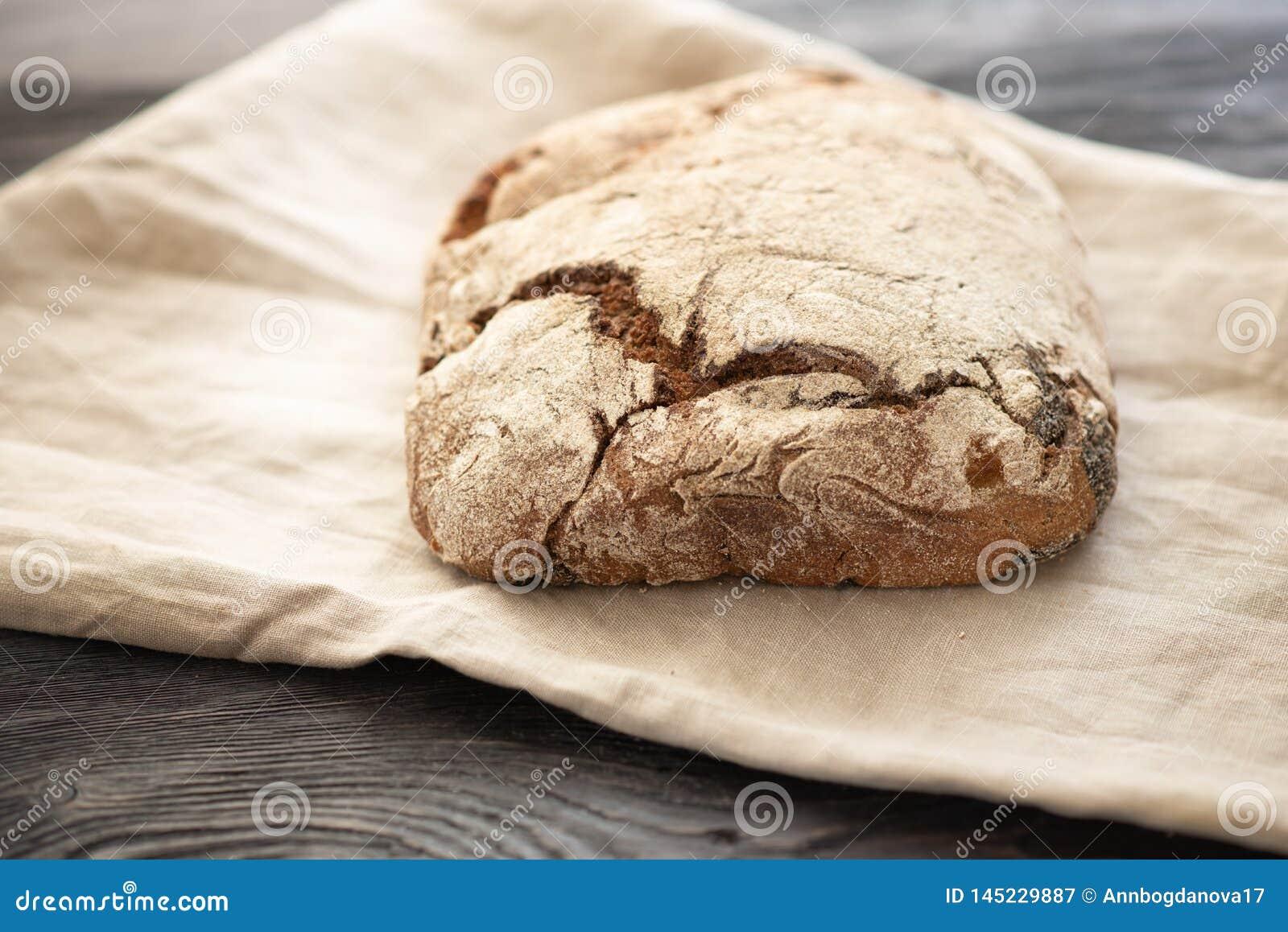 Domowej roboty chleb kłama na drewnianym stole