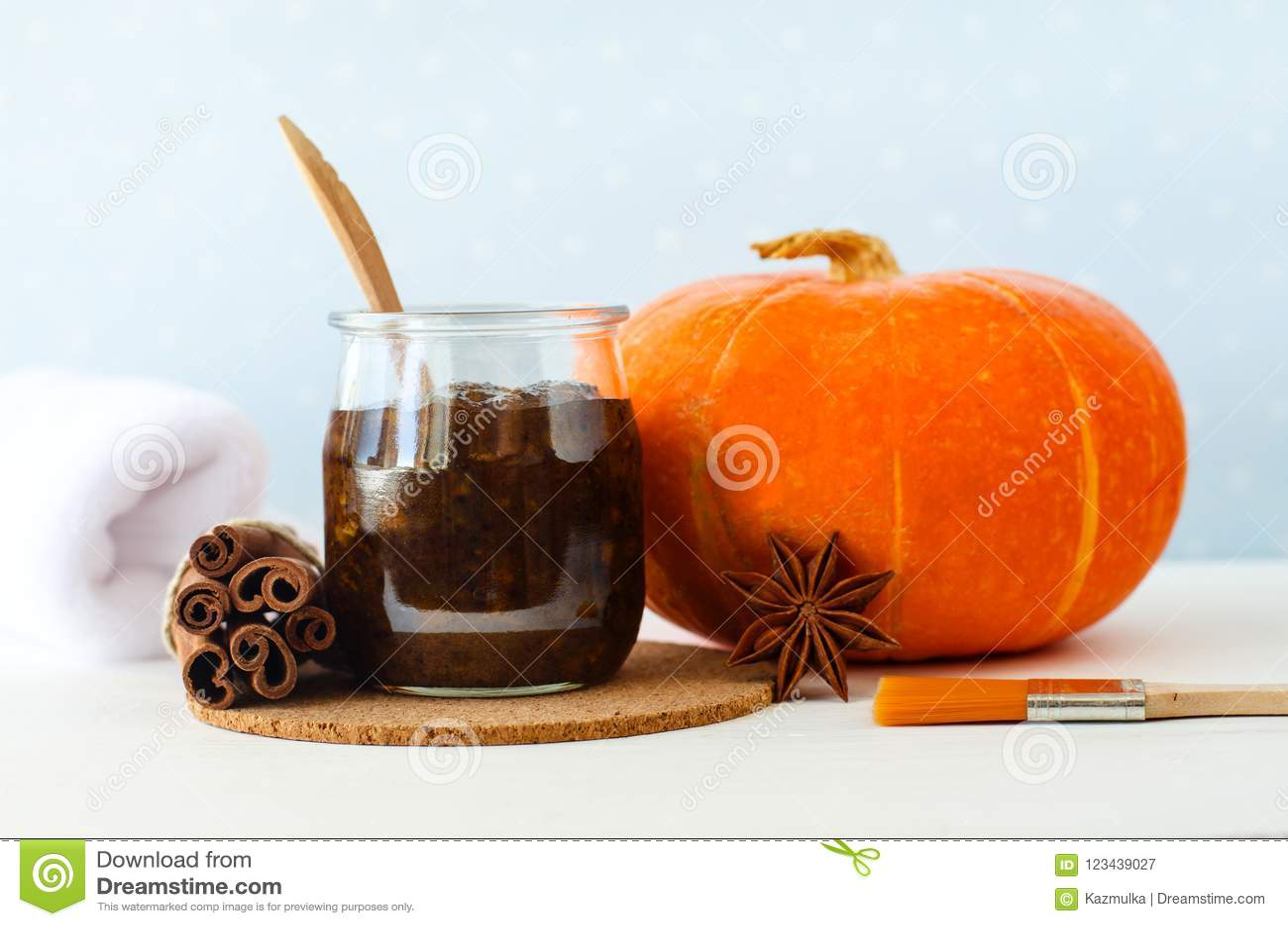 Domowej roboty dyniowej pikantności twarzowa maska, pętaczka robić z/dojrzałym dyniowym puree, cukier, miód i cynamon kawa, proch