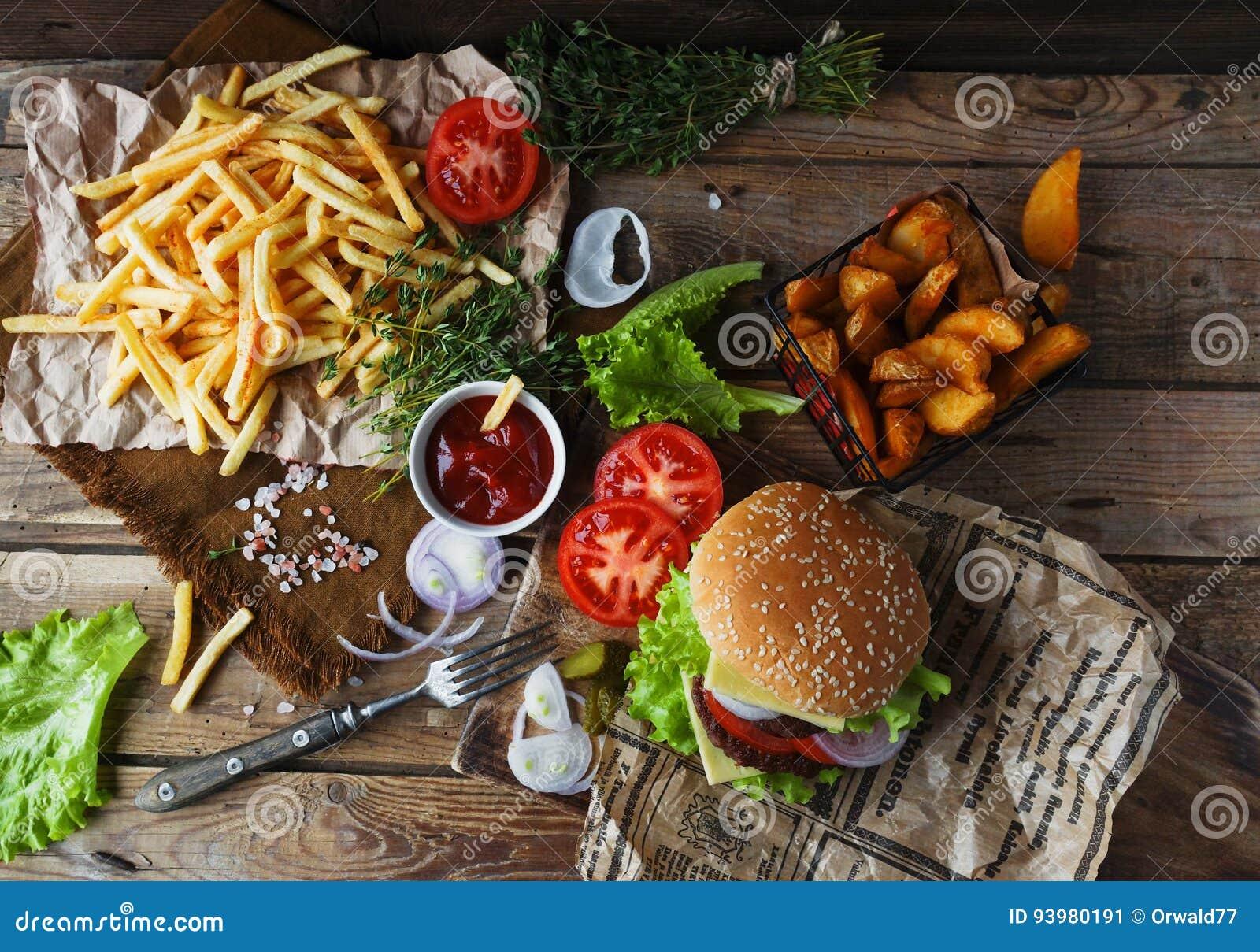 Domowej roboty hamburger, smażyć grule, francuscy dłoniaki, fasta food set