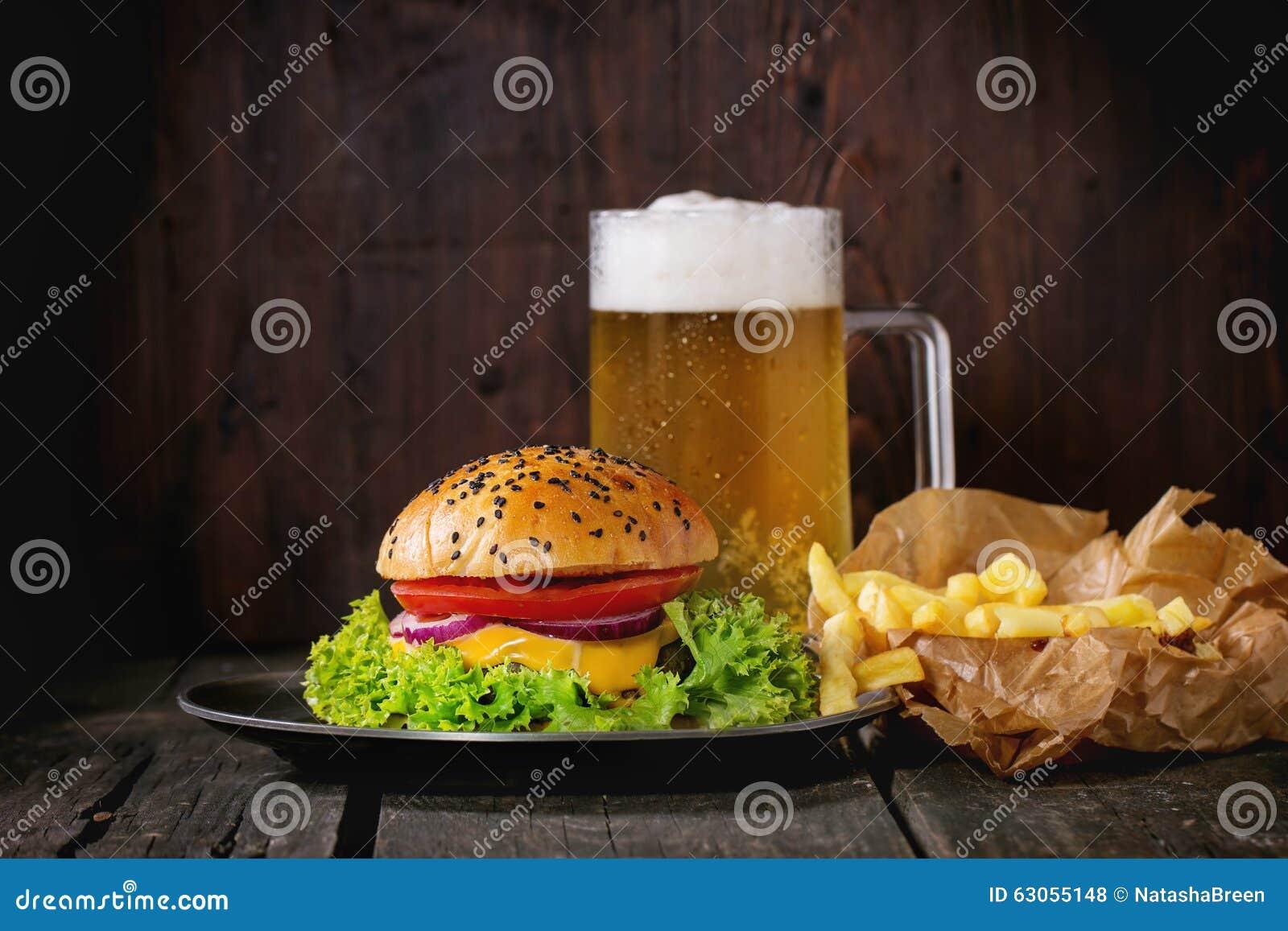 Domowej roboty hamburger z piwem i grulami