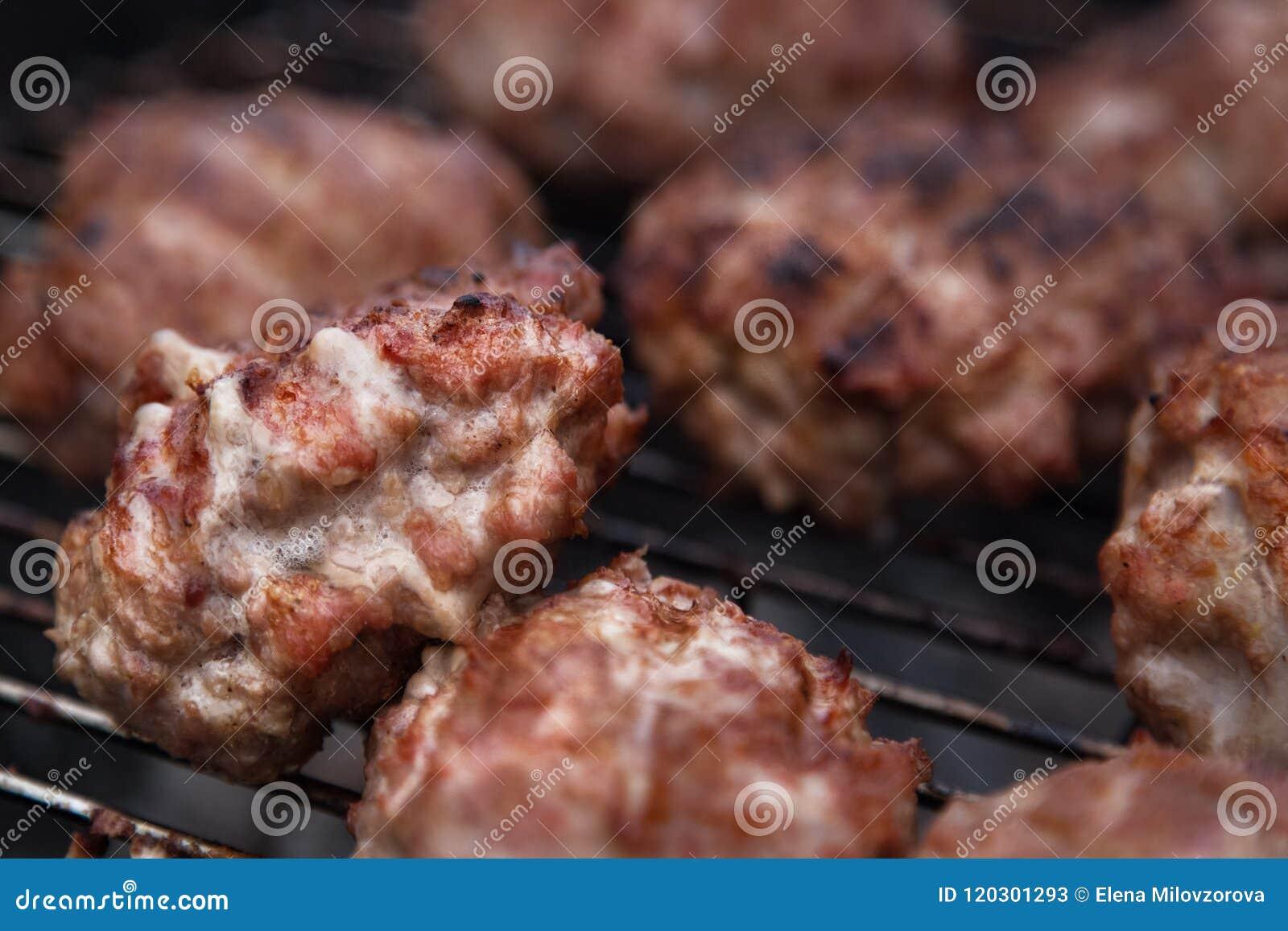 Domowej roboty hamburgery Grillów klopsiki Grilla grilla przyjęcie