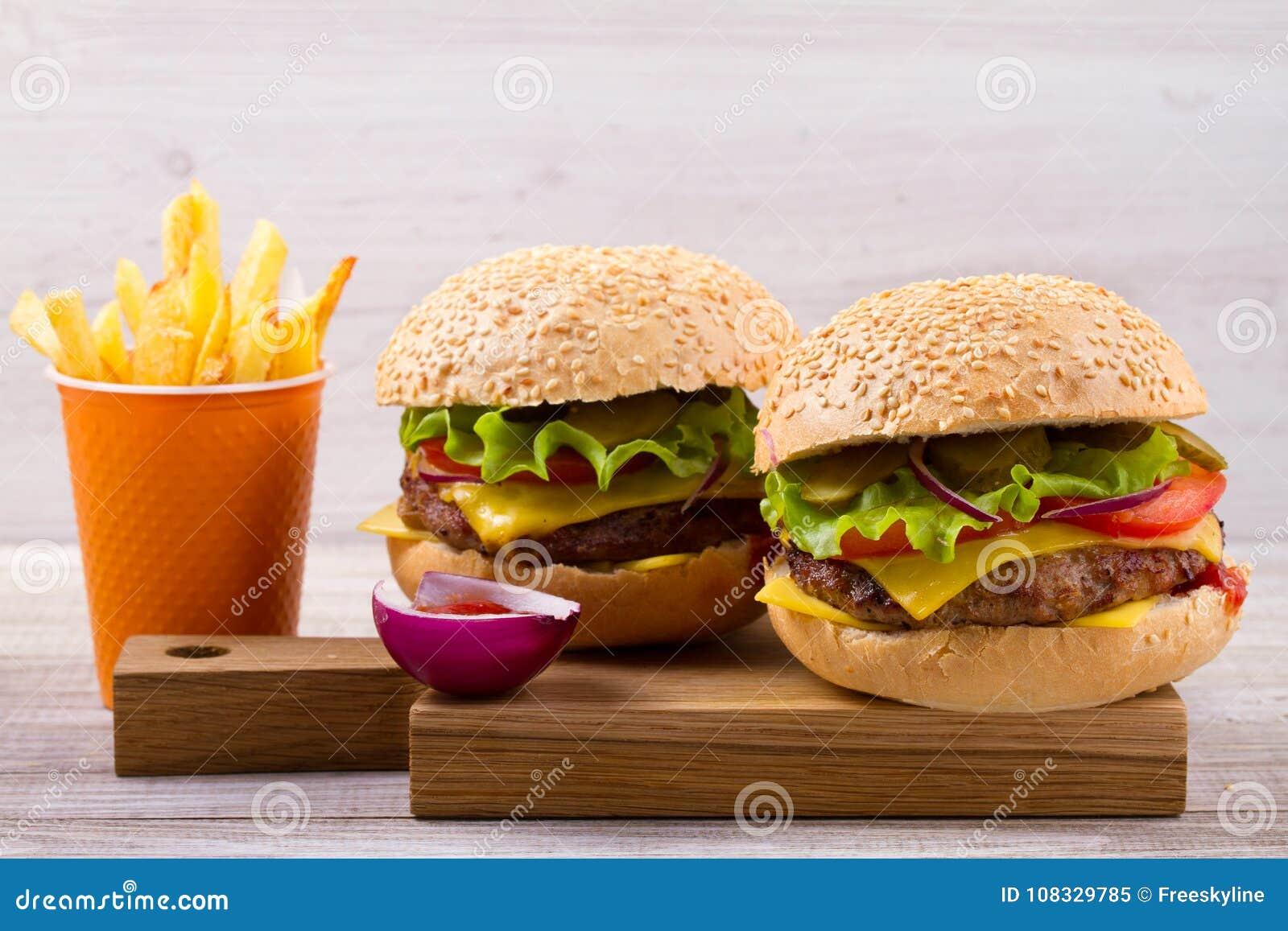 Domowej roboty hamburgery i dłoniaki na drewnianym tle