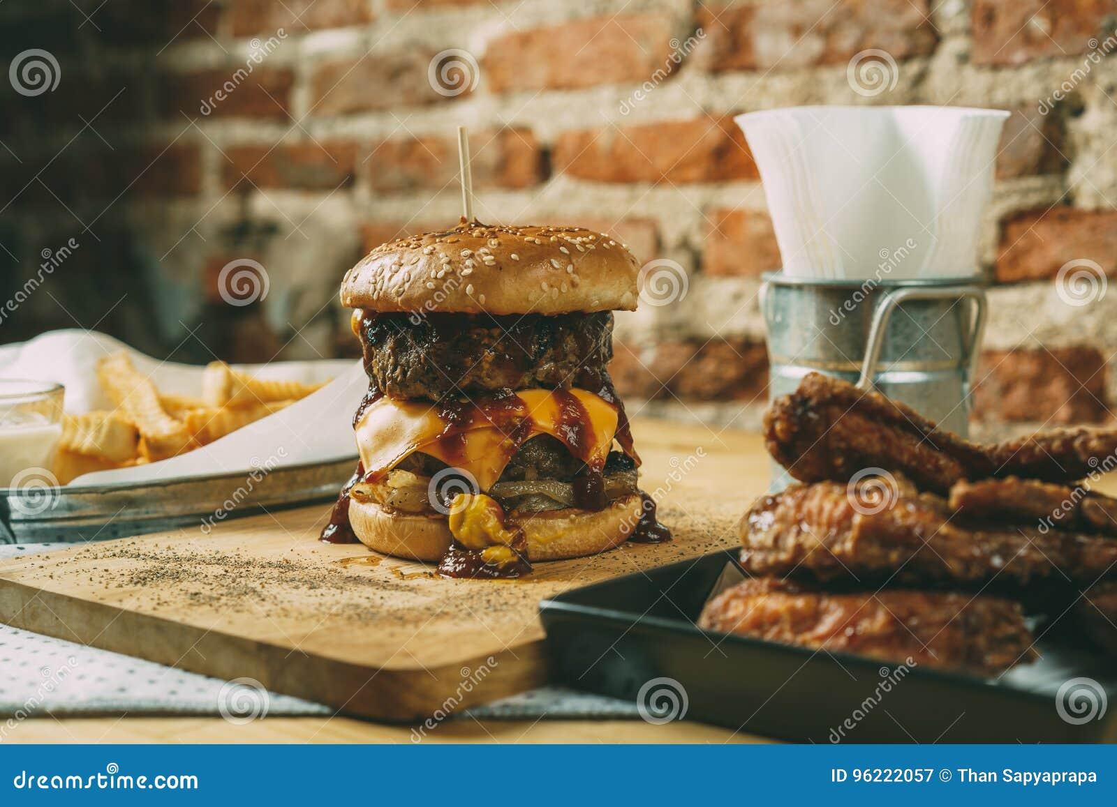 Domowej roboty hamburgery z dwoistym serem i wołowiną