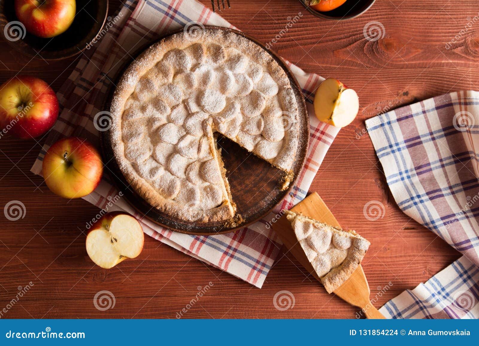 Domowej roboty jabłczany kulebiak na drewnianym stole