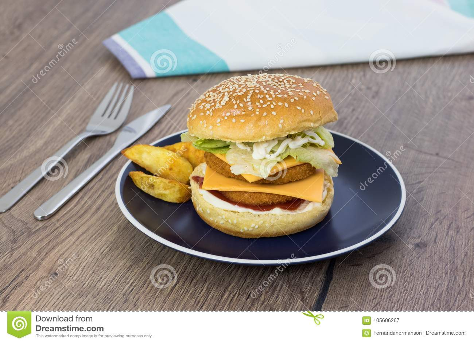 Domowej roboty kanapka z hamburgerem, serem, sałatą i mayon kurczaka,