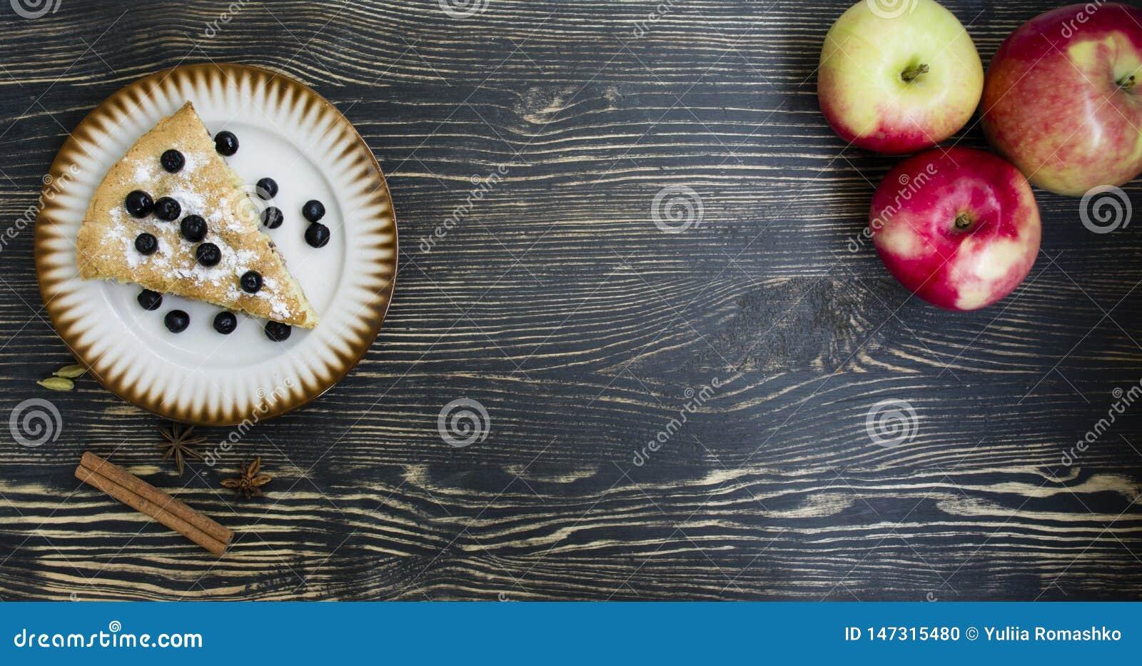 Domowej roboty organicznie jab?czanego kulebiaka deserowy przygotowywaj?cy je??