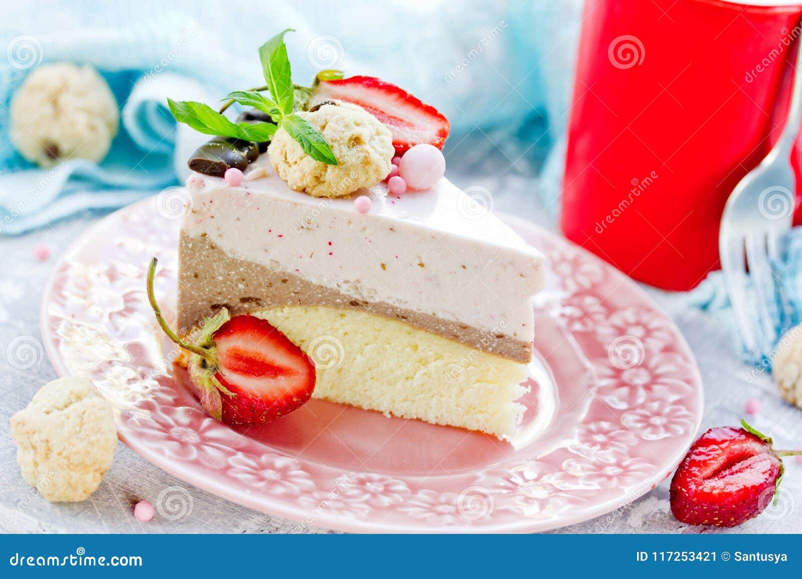 Domowej roboty płatowaty truskawkowy czekoladowego mousse tort
