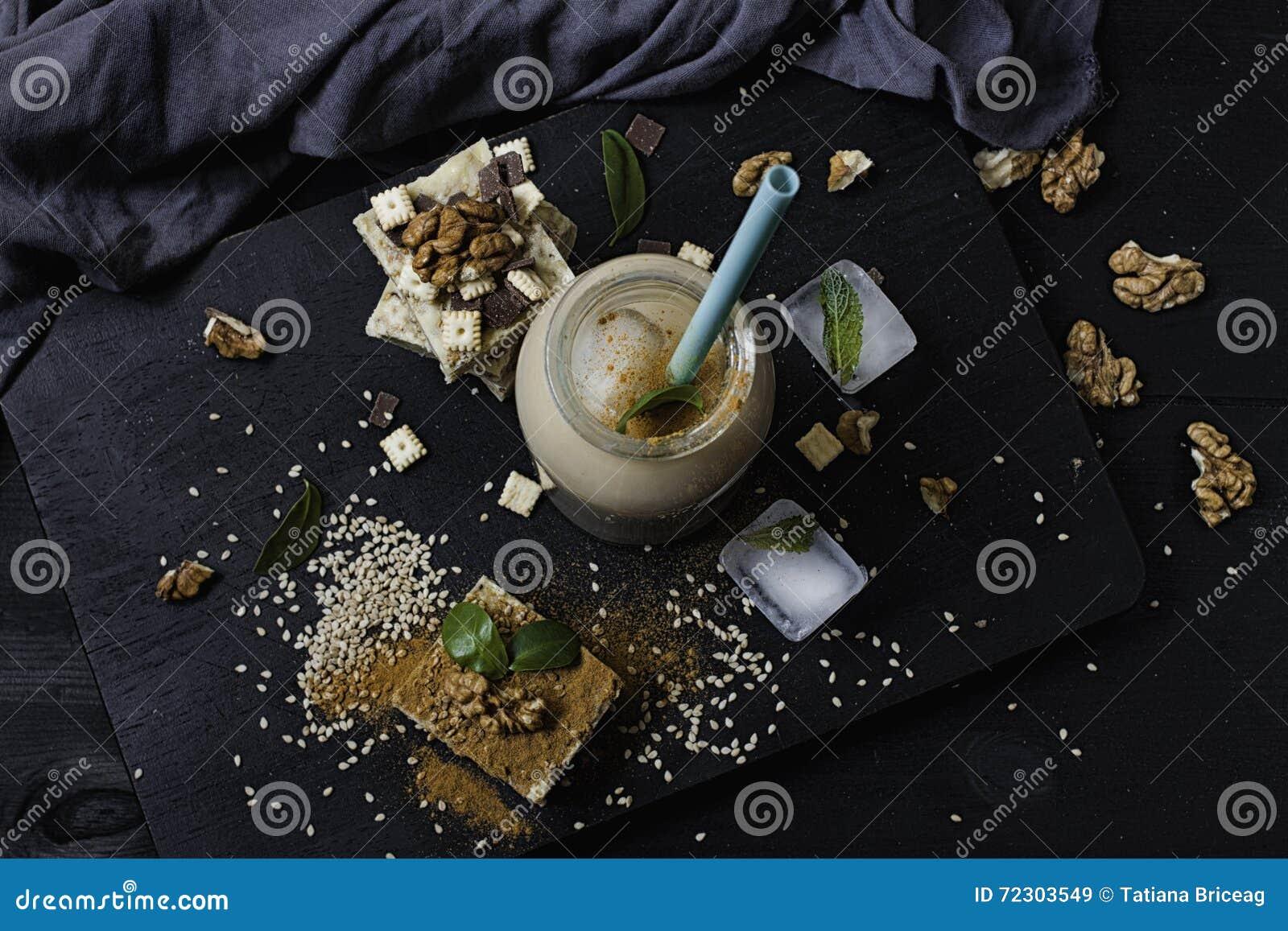 Domowej roboty sezamowy burfi Surowy zdrowy weganinu deser