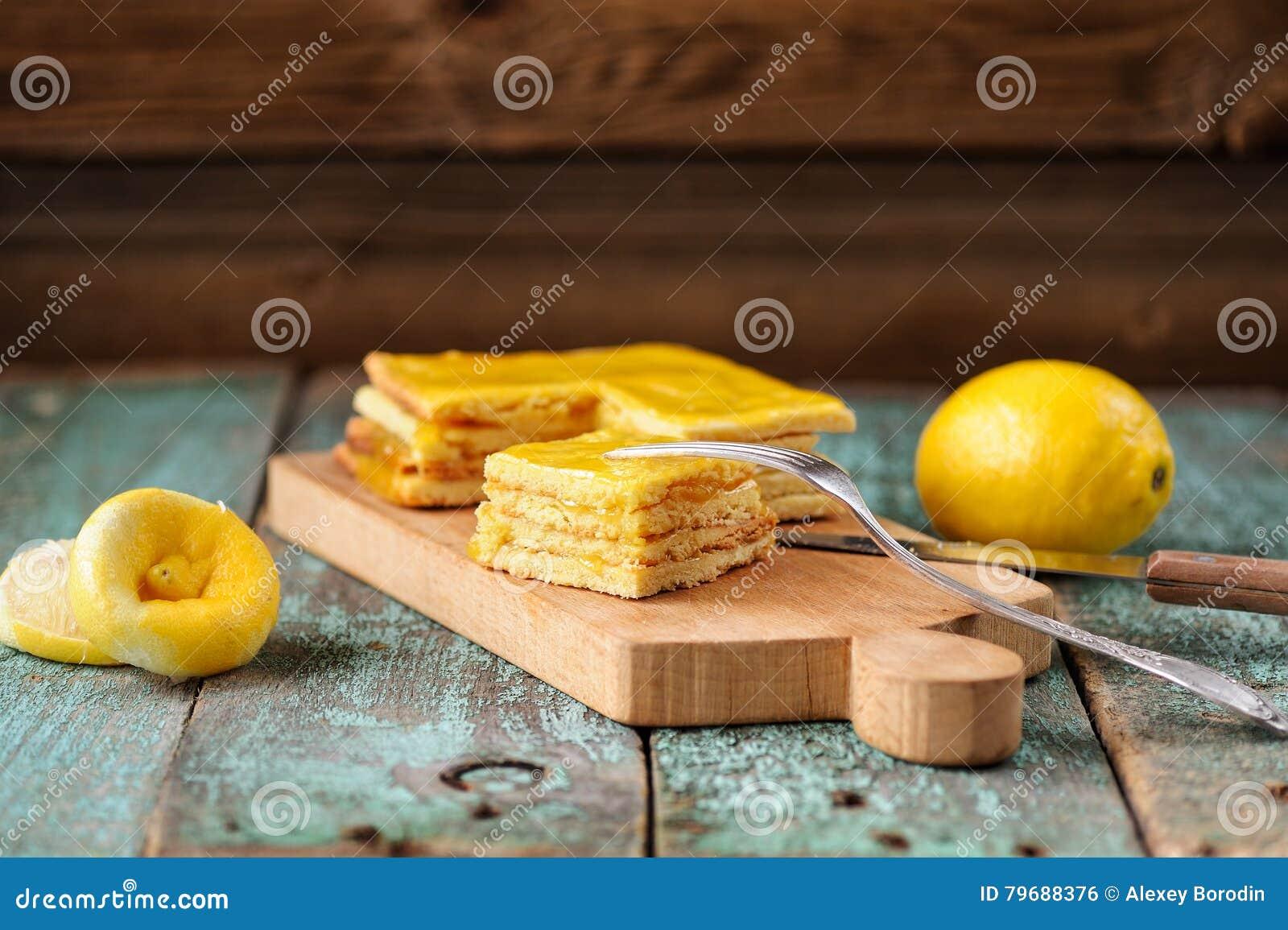 Domowej roboty smakowity płatowaty cytryna tort i cytryny całe i gnieść
