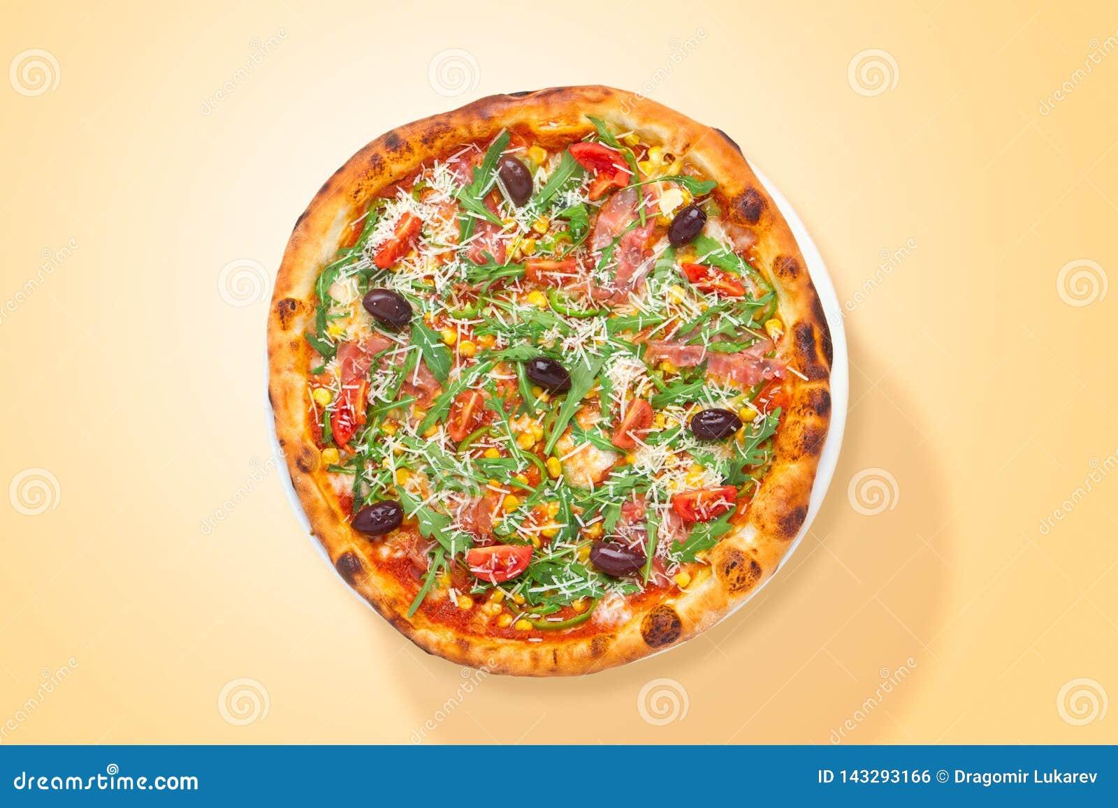 Domowej roboty Włoska pizza z prosciutto i warzywami jedzenie od above