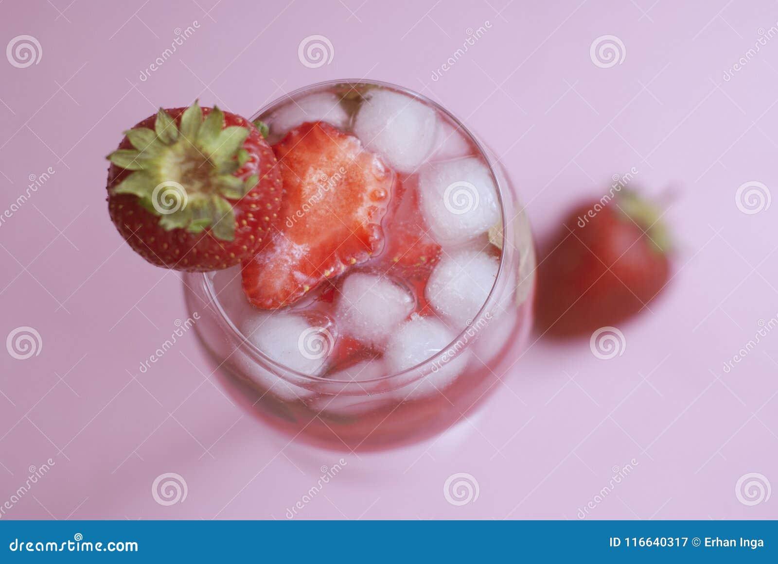 Domowej roboty Wyśmienicie Czerwony Sangria z truskawka lodu lata napoju menchii tłem