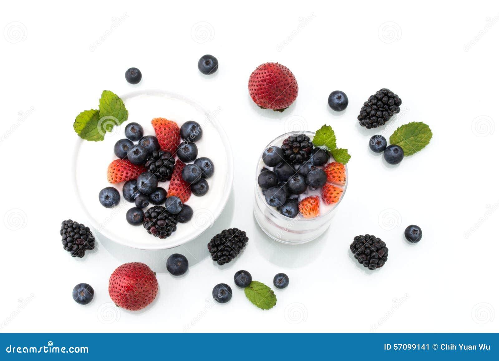 Domowej roboty zdrowy śniadanie z jogurtem, jagodą i oatmeal,