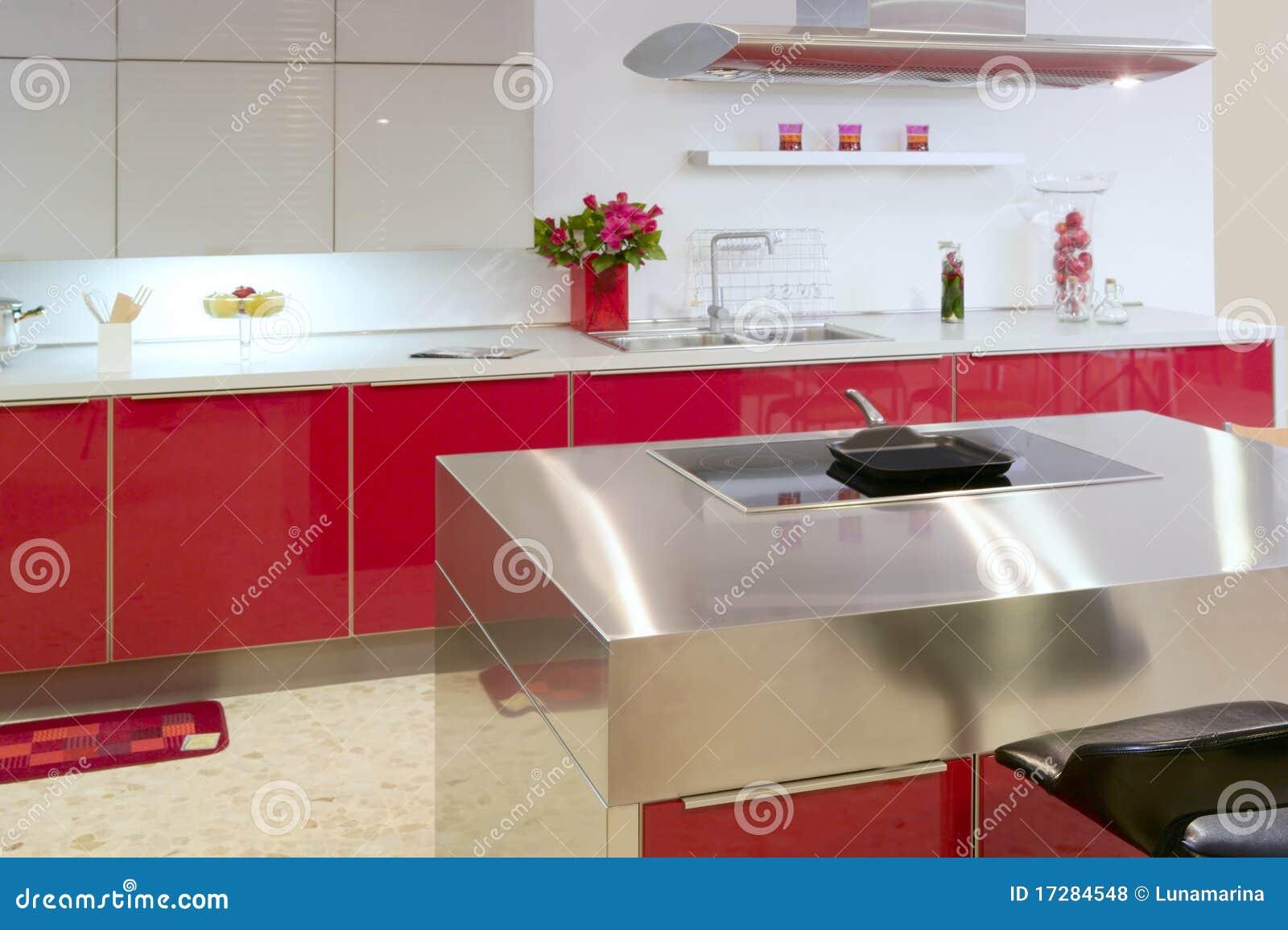 Domowej wewnętrznej wyspy kuchenny nowożytny czerwieni srebro