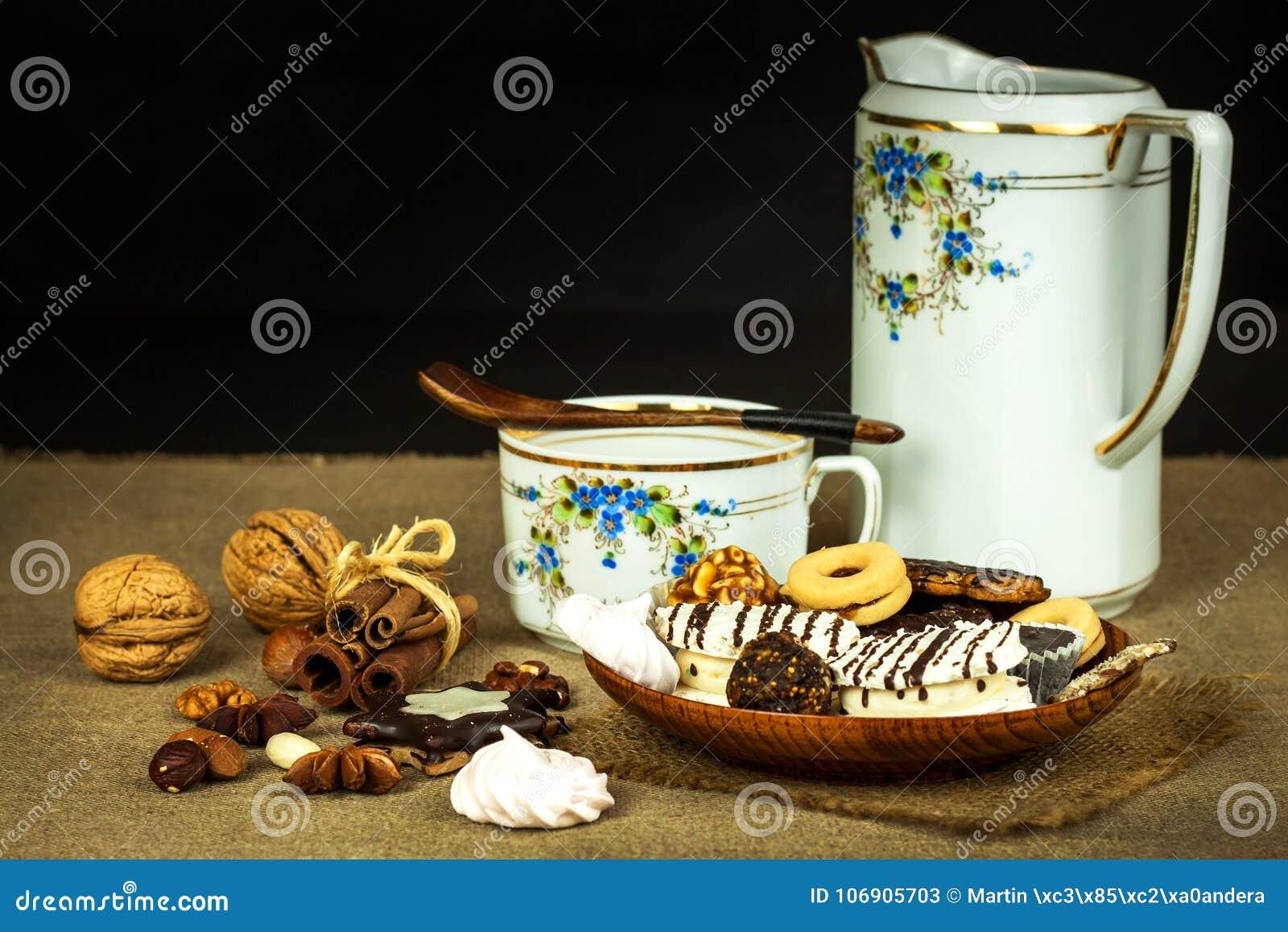Domowi ciastka na łomota stole Niezdrowy słodki jedzenie Niebezpieczeństwa otyłość i cukrzyce