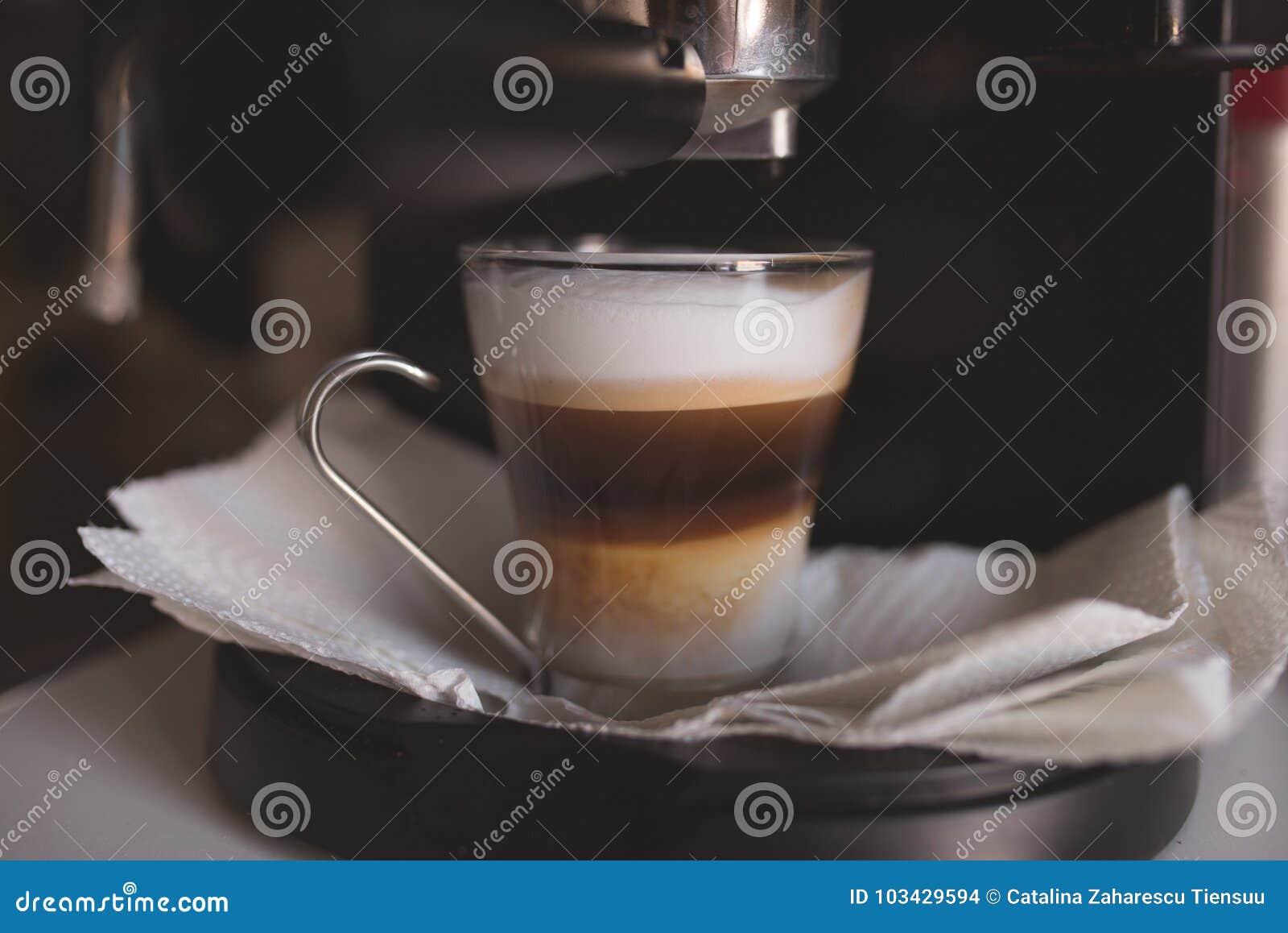 Domowy kawowy przygotowanie z expresso maszyną