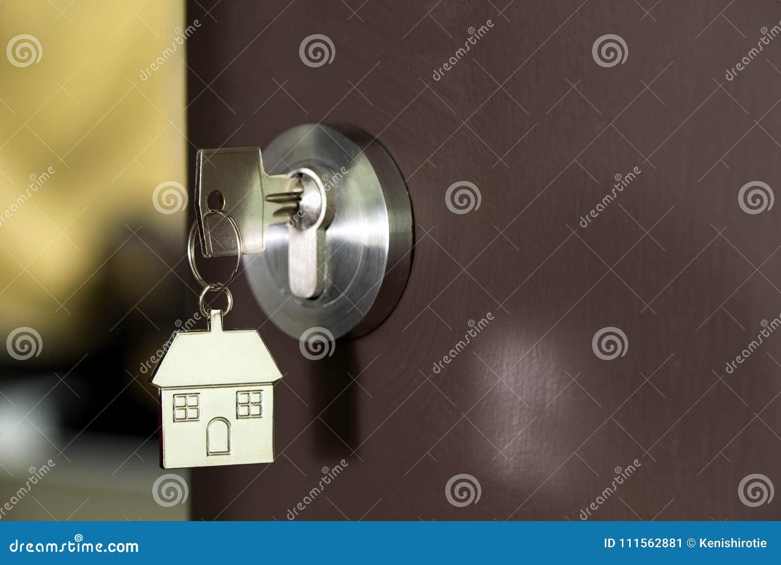 Domowy klucz w drzwi