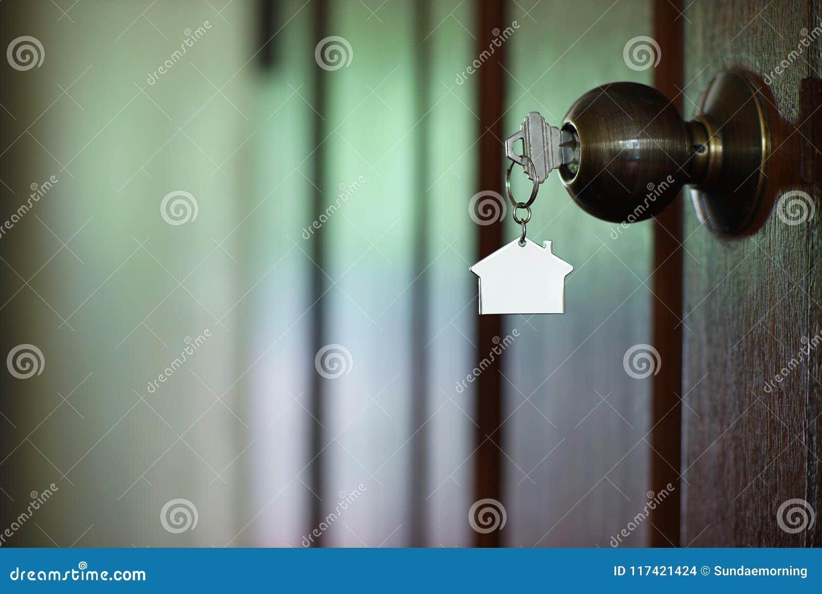 Domowy klucz z domowym keychain w keyhole, majątkowy pojęcie