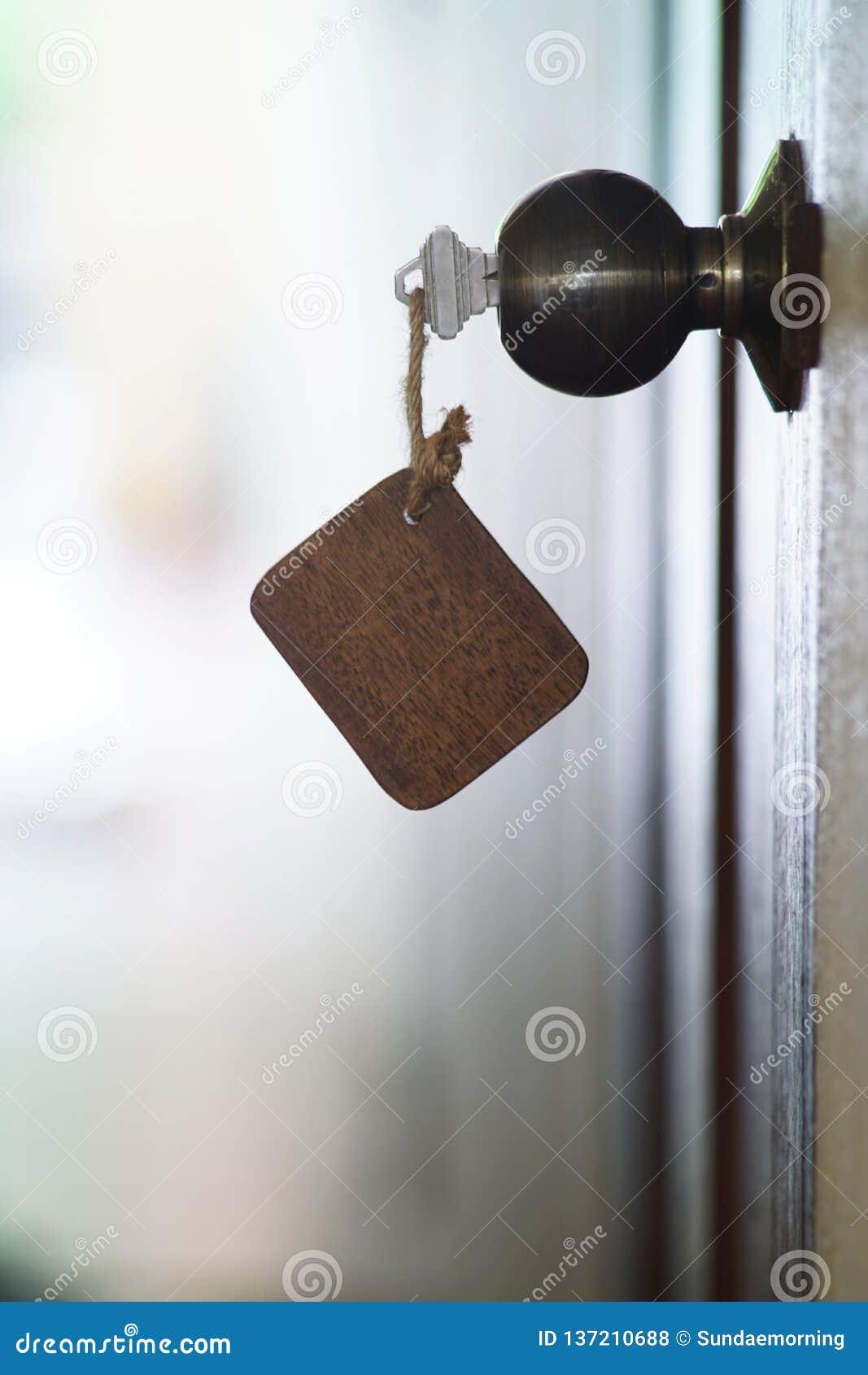 Domowy klucz z drewnianym puste miejsce domu keychain w keyhole, majątkowy pojęcie