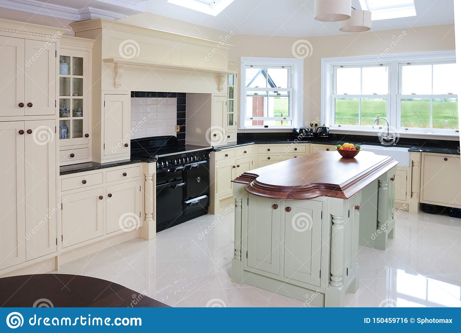 Domowy kuchenny wnętrze z pięknym wyspa projektem
