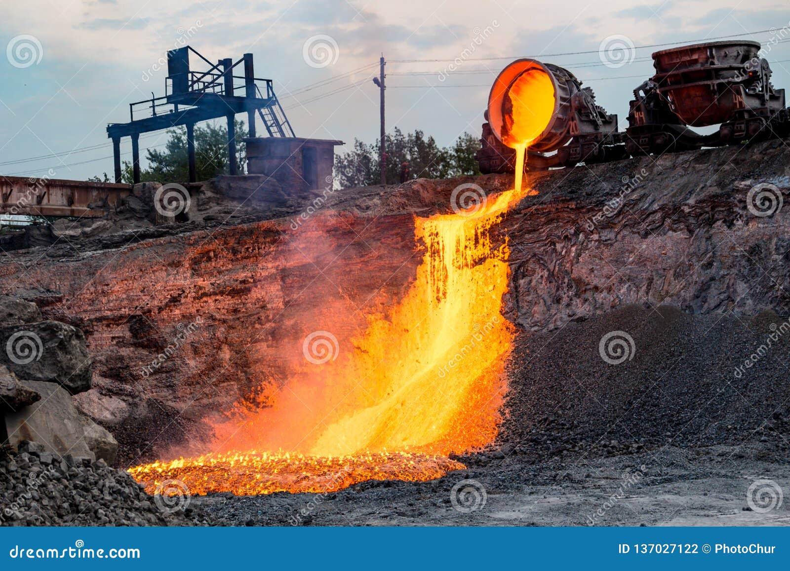 Domowy odżużlać rozładowanie przy żelazną formiernią, przemysłowy krajobraz