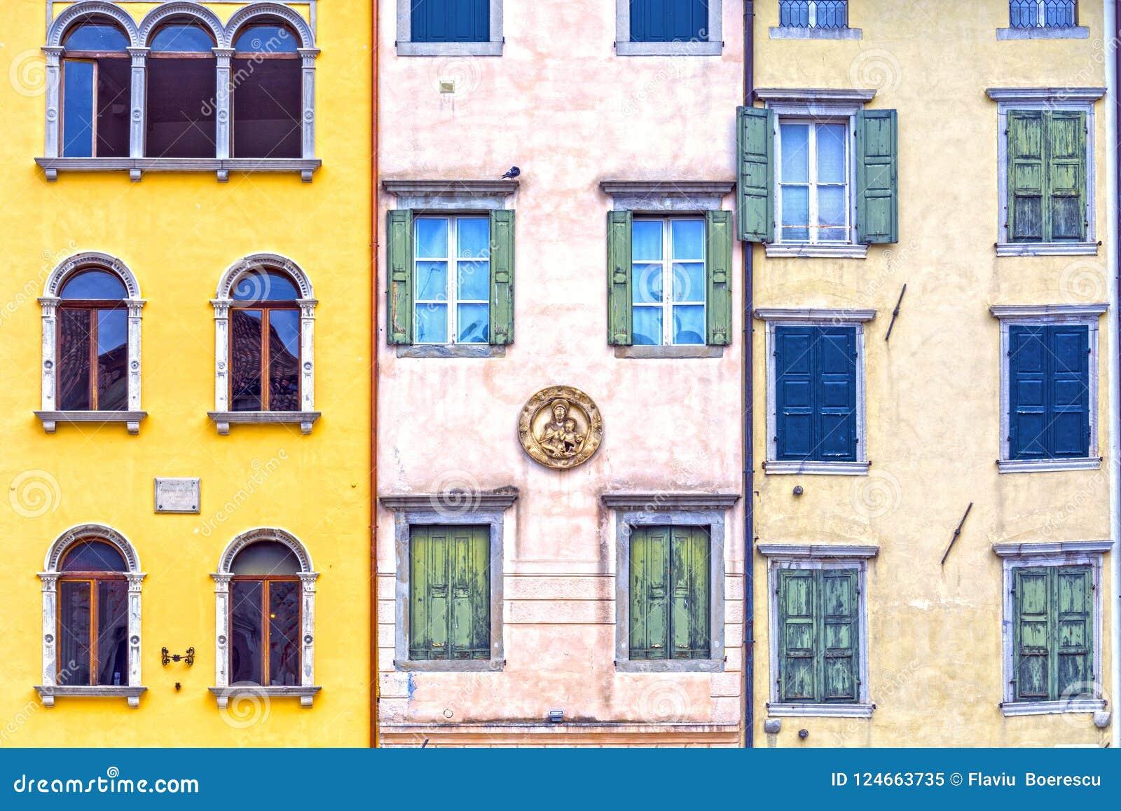 Domy i okno w włoskim rynku