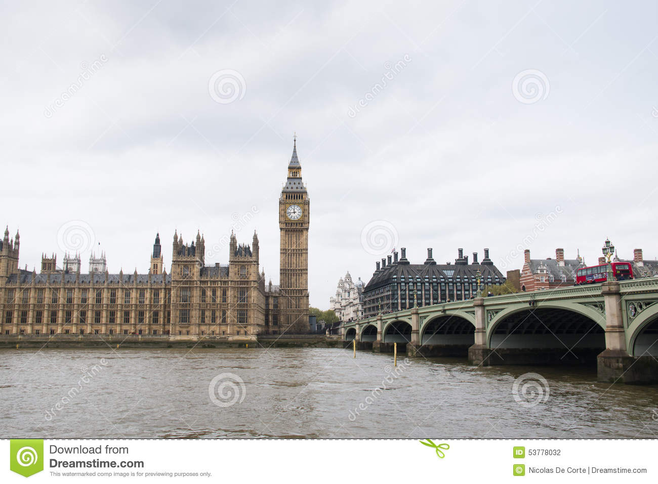 Domy parlament z Big Ben wierza i Westminister most w Londyn, UK