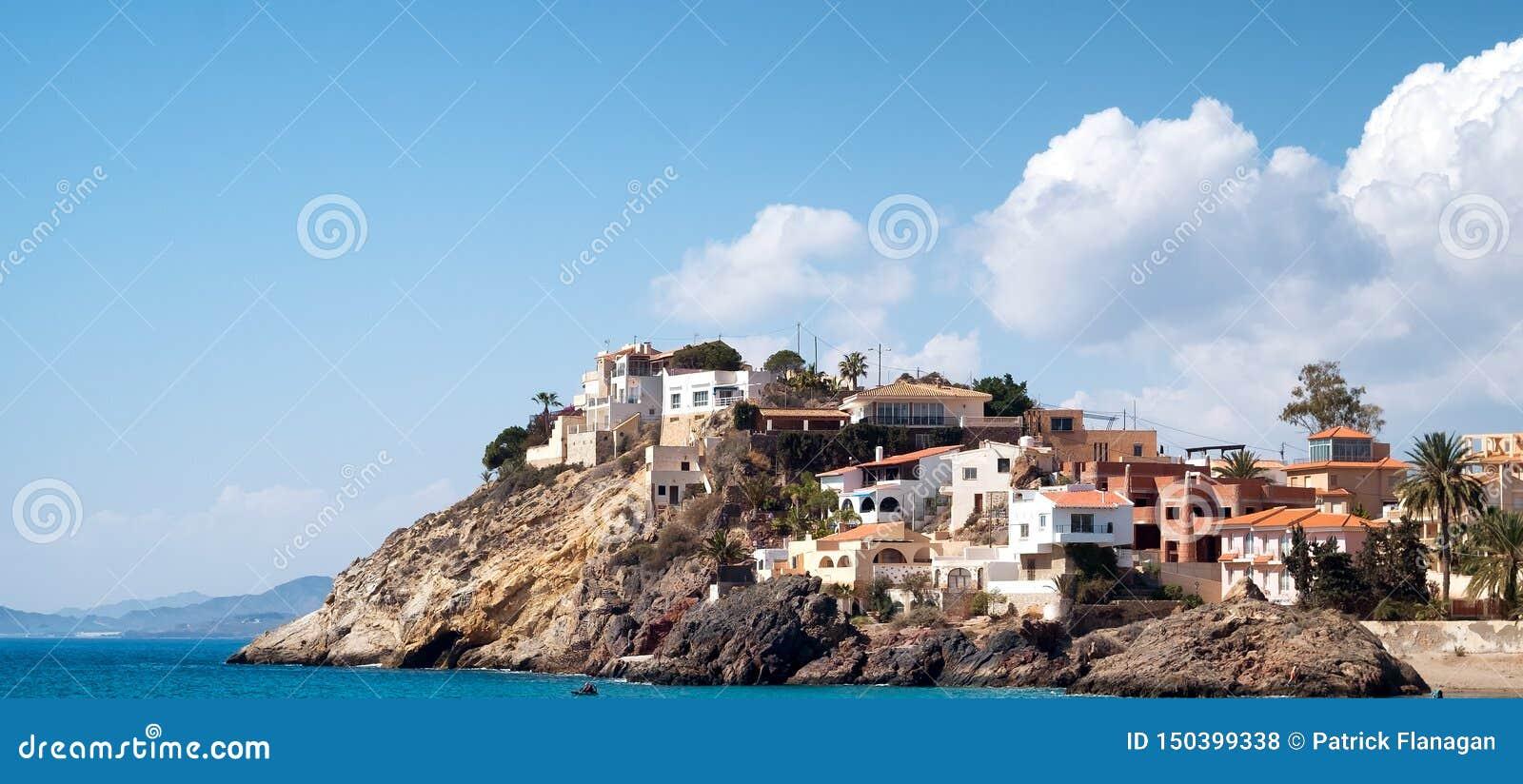 Domy przegapia morze na hiszpańszczyzny przylądkowe