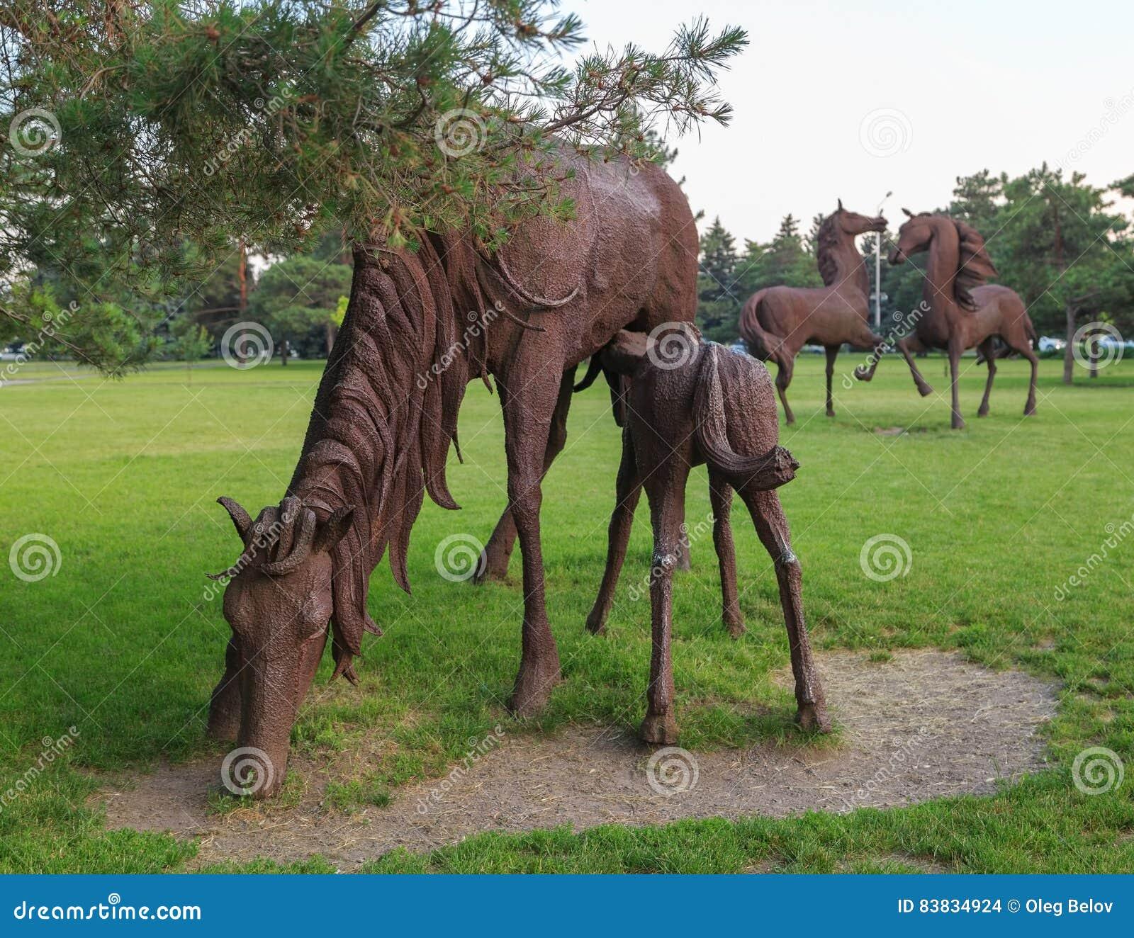 DON ROSJA, CZERWIEC, - 18, 2016: Rzeźba żelazni konie w parku miasto Rostov blisko lotniska