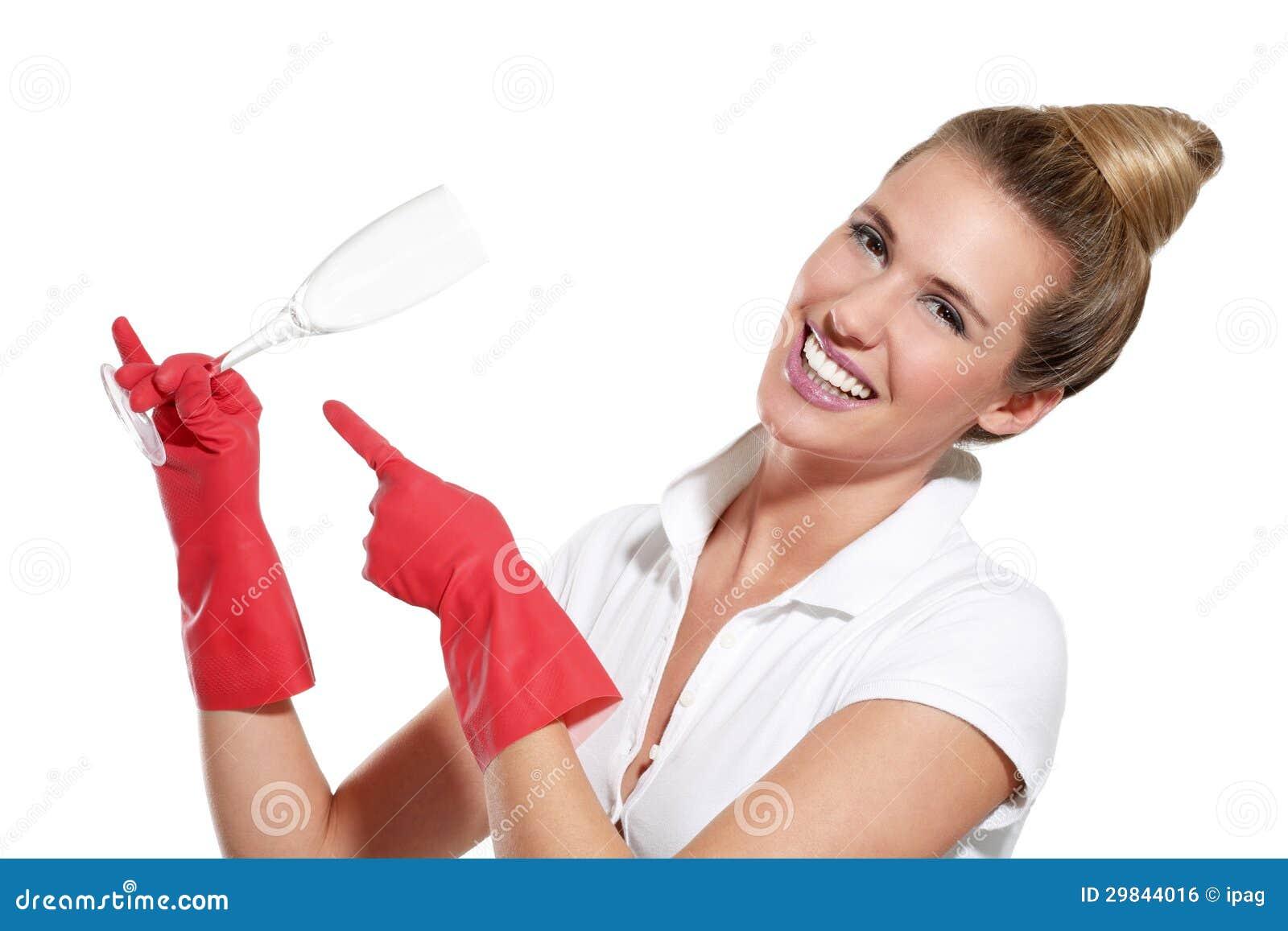 Dona de casa nova feliz que mostra pratos limpos perfeitos