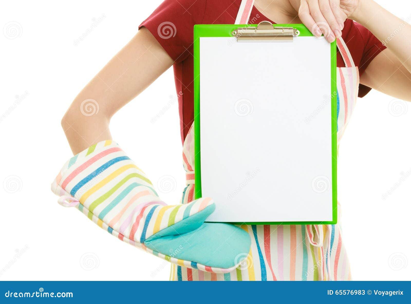 Dona de casa que guarda a prancheta com espaço da cópia para o texto