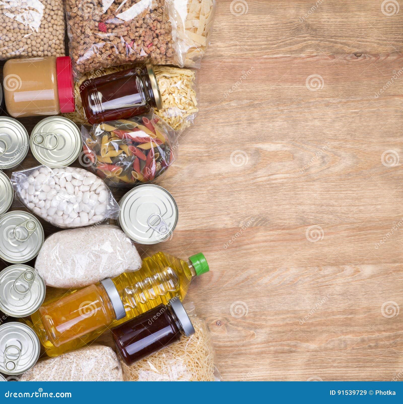 Donaciones de la comida en fondo de madera