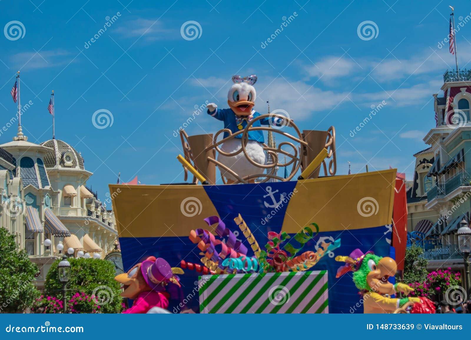 Donald Duck in de Verrassingsviering van Mickey en van Minnie paradeert op lichtblauwe hemelachtergrond in Walt Disney World 13